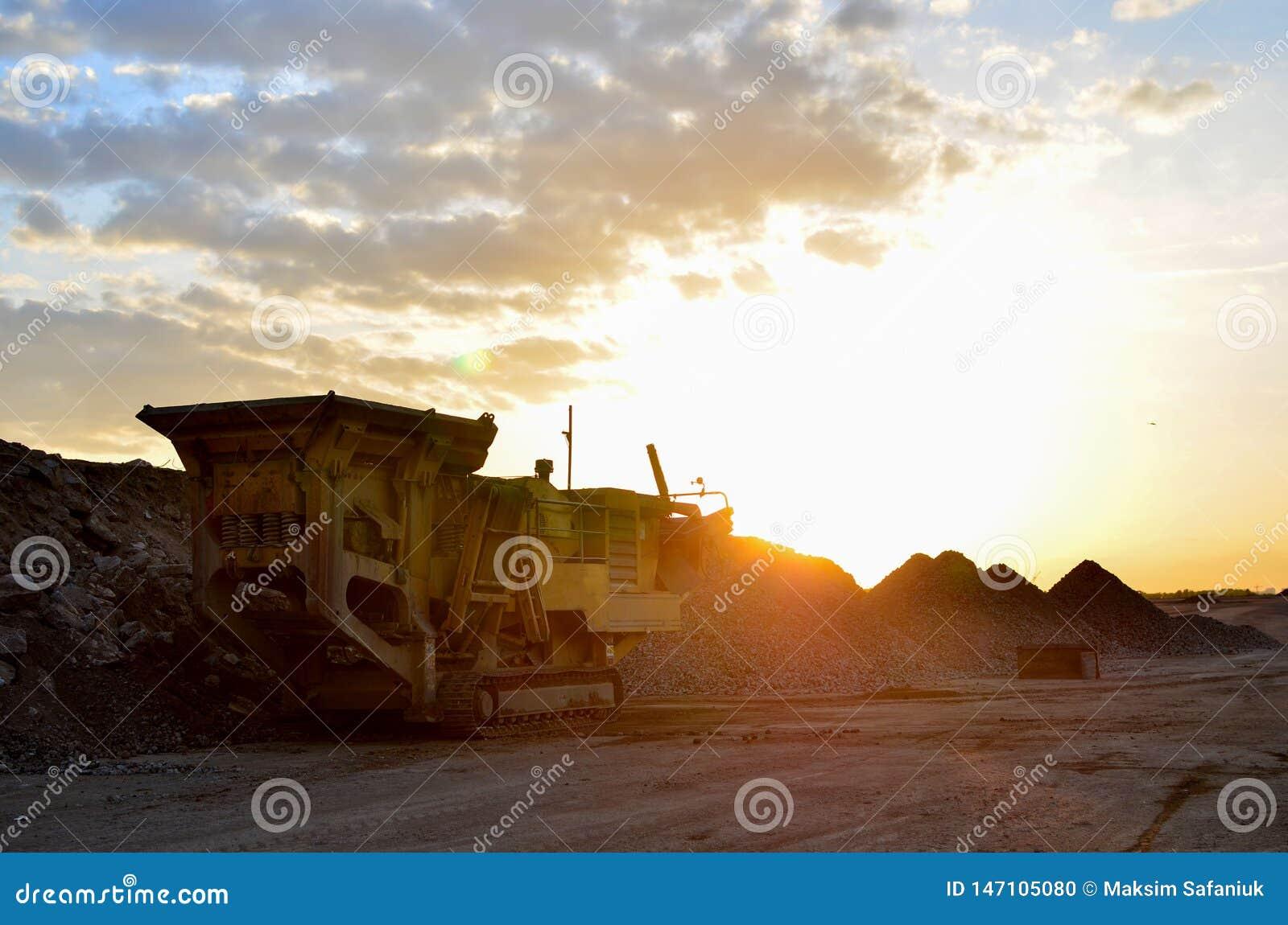 Mobilna Kamiennego gniotownika maszyna budowy lub kopalnictwa łupem dla miażdżyć stare betonowe płyty w żwir