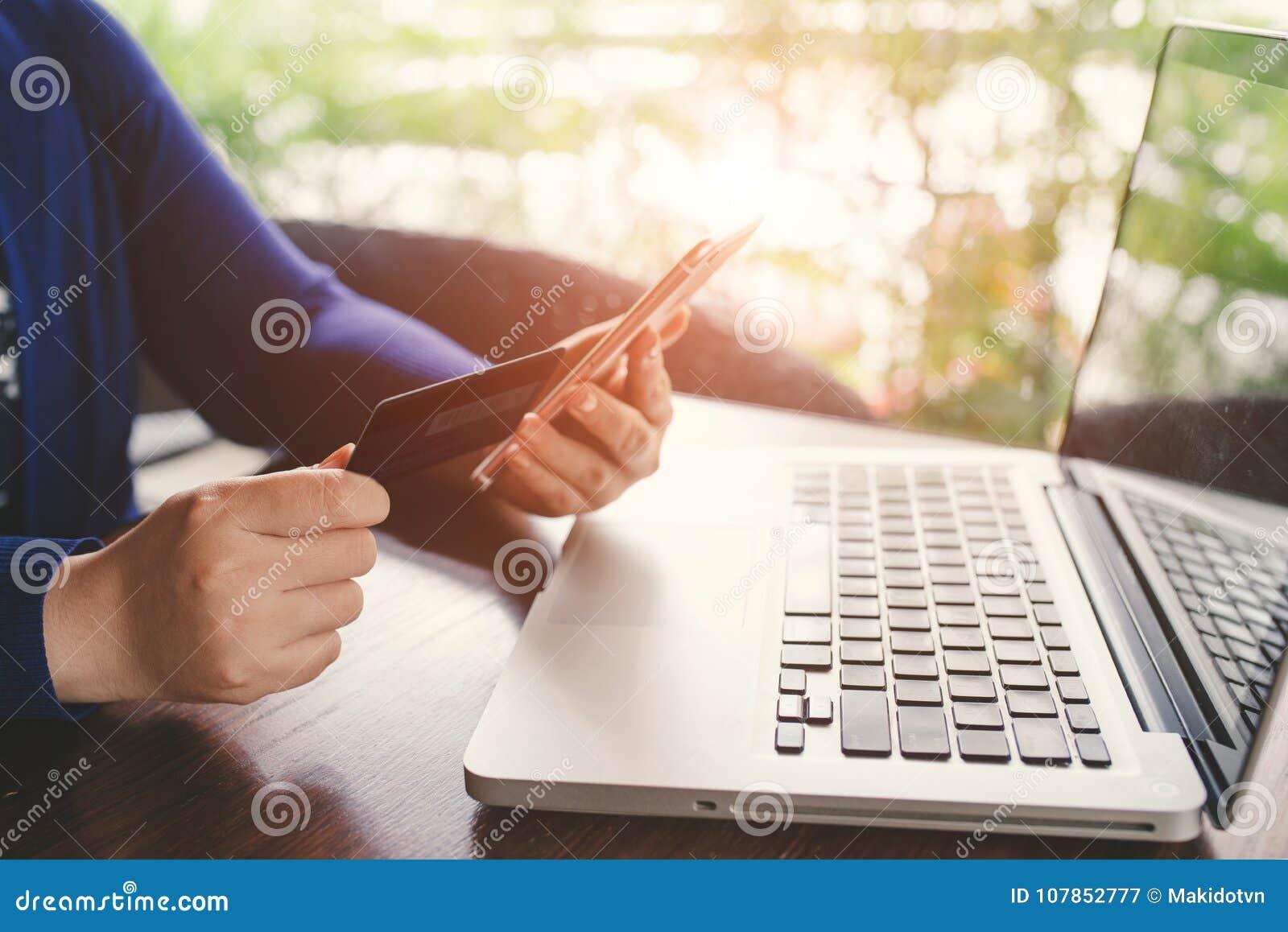 Mobilne zapłaty Kobieta wręcza używać smartphone f i kredytową kartę
