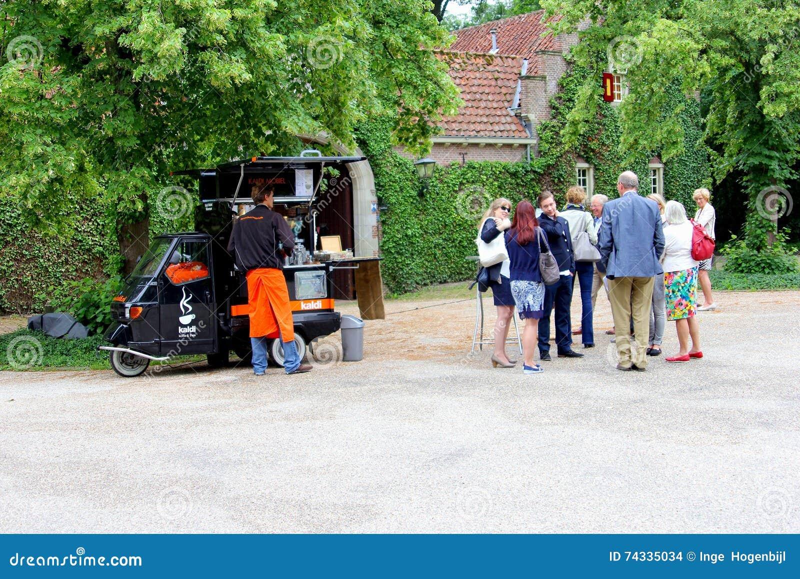Mobilny sklep z kawą w małym samochodzie, holandie