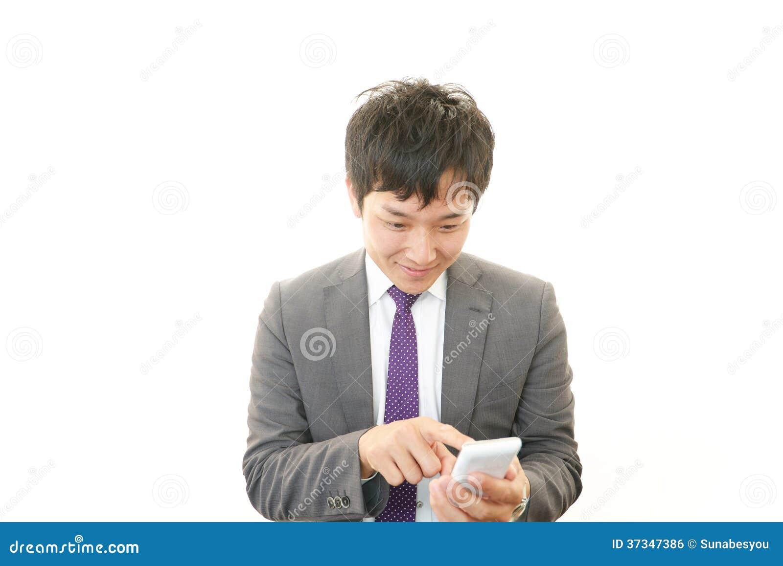 Mobiltelefon och affärsman.