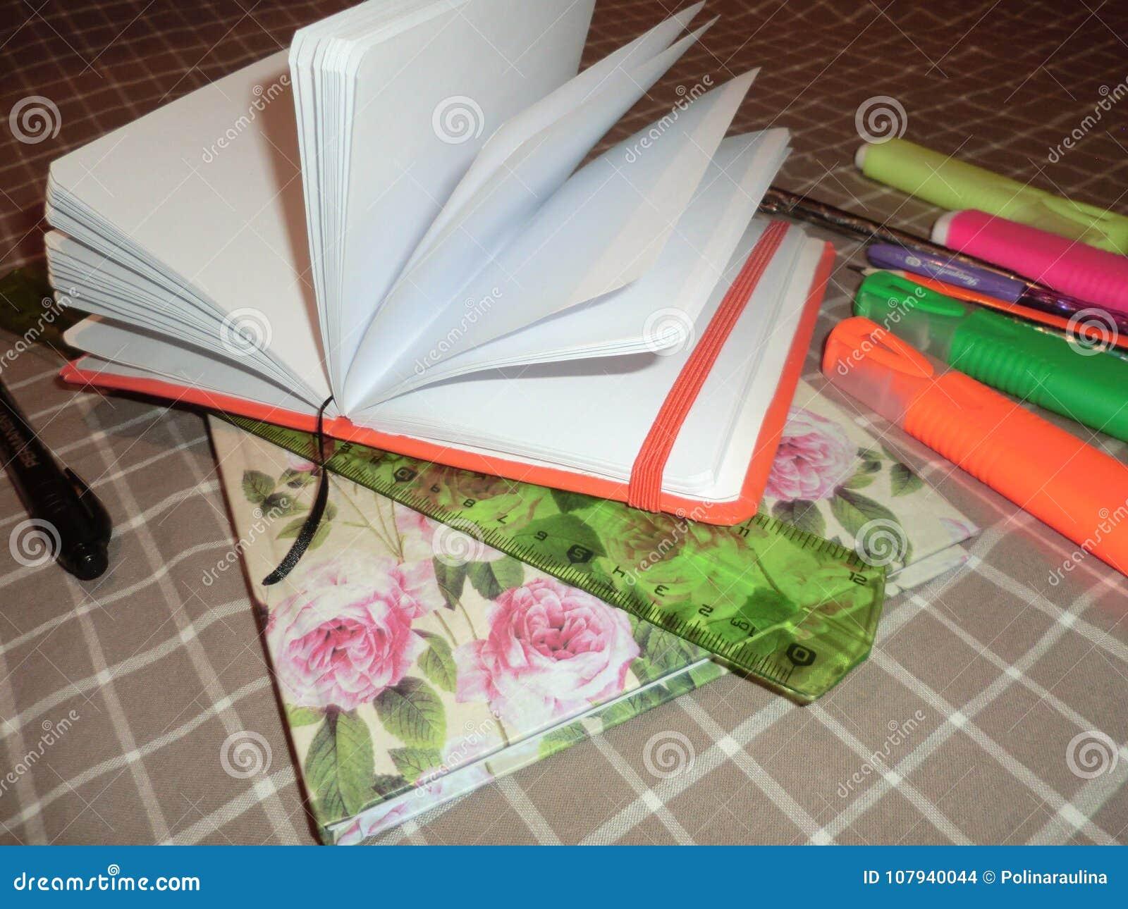 Mockup otwarty pusty Notepad, dzienniczek z piórem, ołówek, władca, markiery i zawierać latarka,