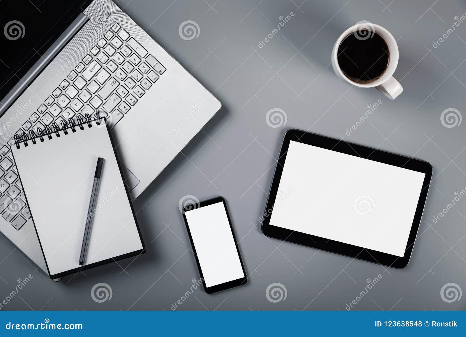 Mockup z laptopu telefonem i cyfrową pastylką na szarym tle