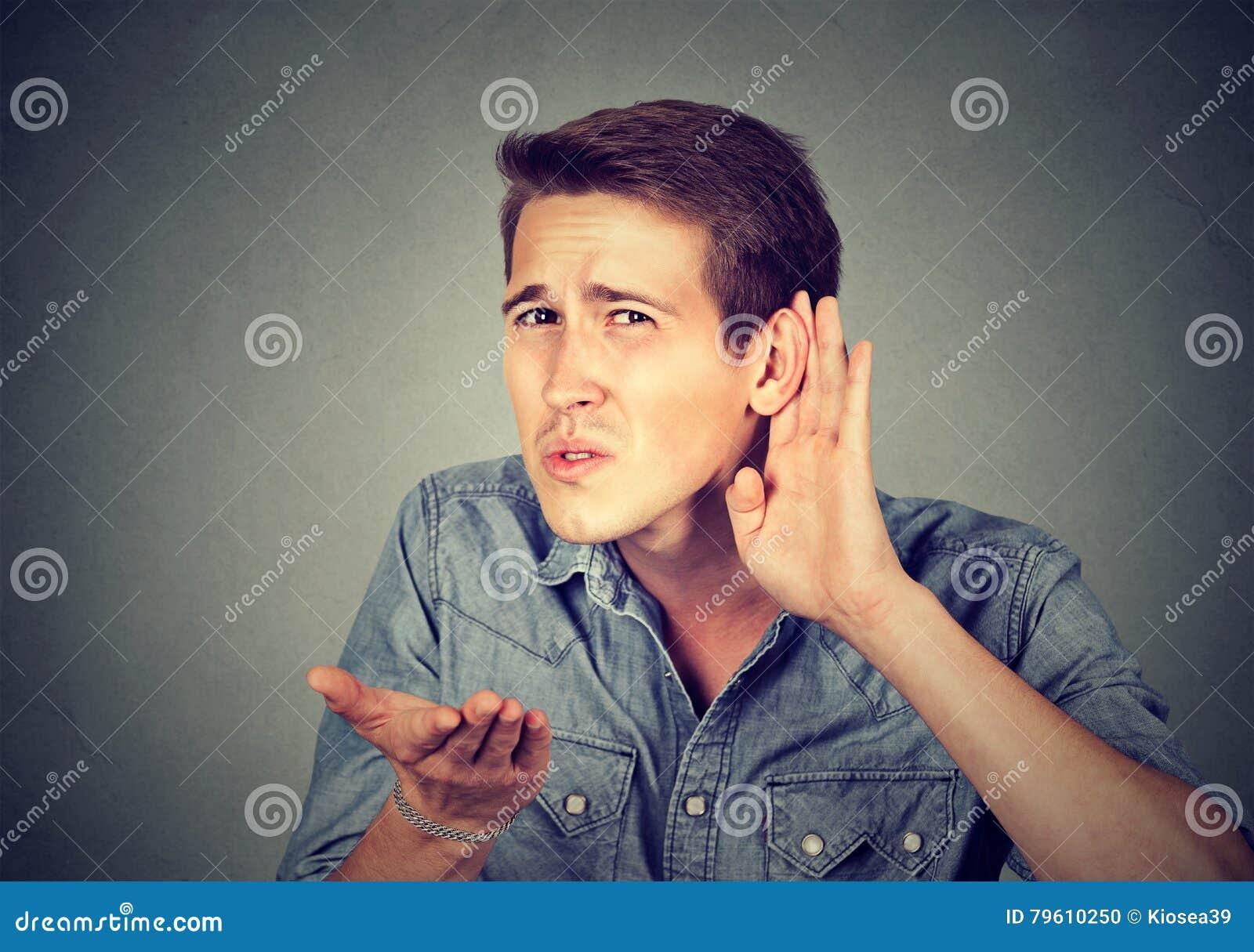 Mocno przesłuchanie mężczyzna umieszcza rękę na ucho pyta someone mówić up