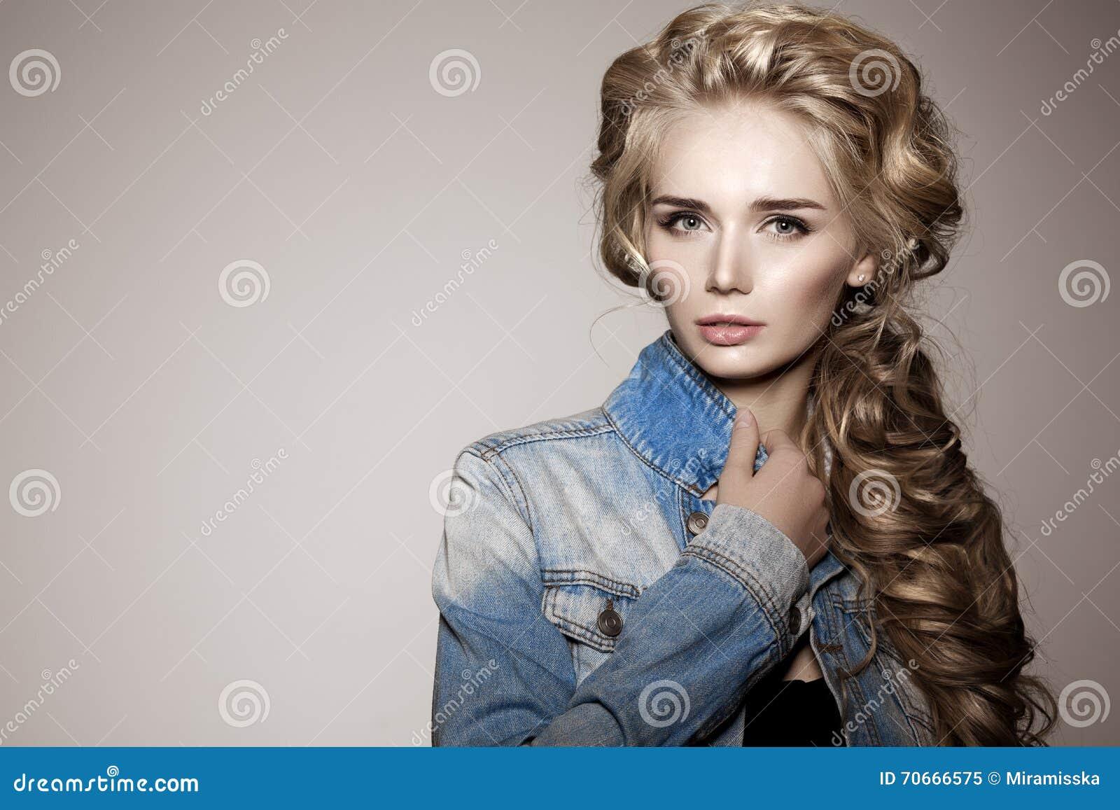 Modèle avec de longs cheveux tressés Coiffure de tresse de boucles de vagues  cheveu