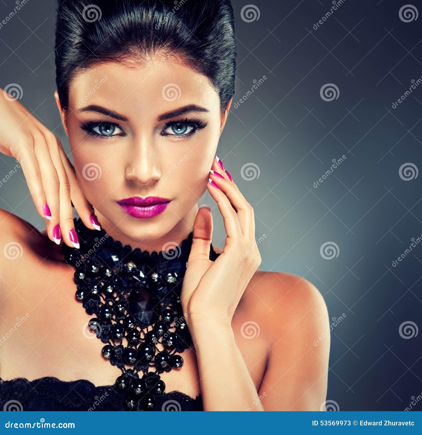 Modèle avec le vernis à ongles à la mode