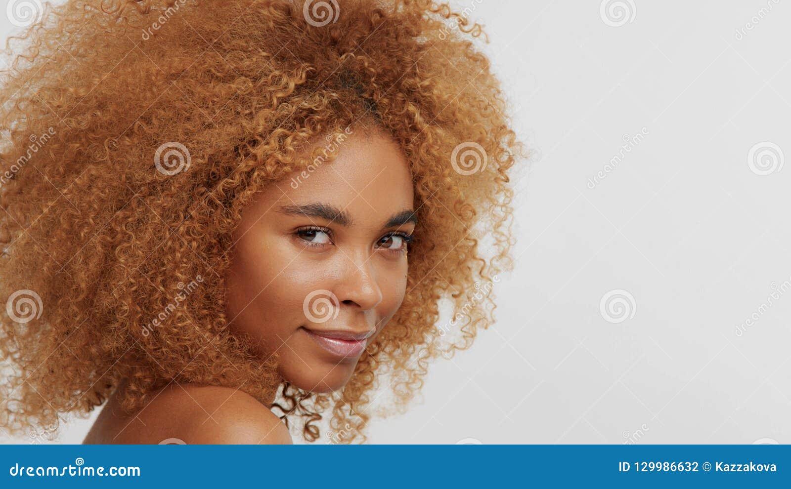Modèle blond de noir de métis avec les cheveux bouclés
