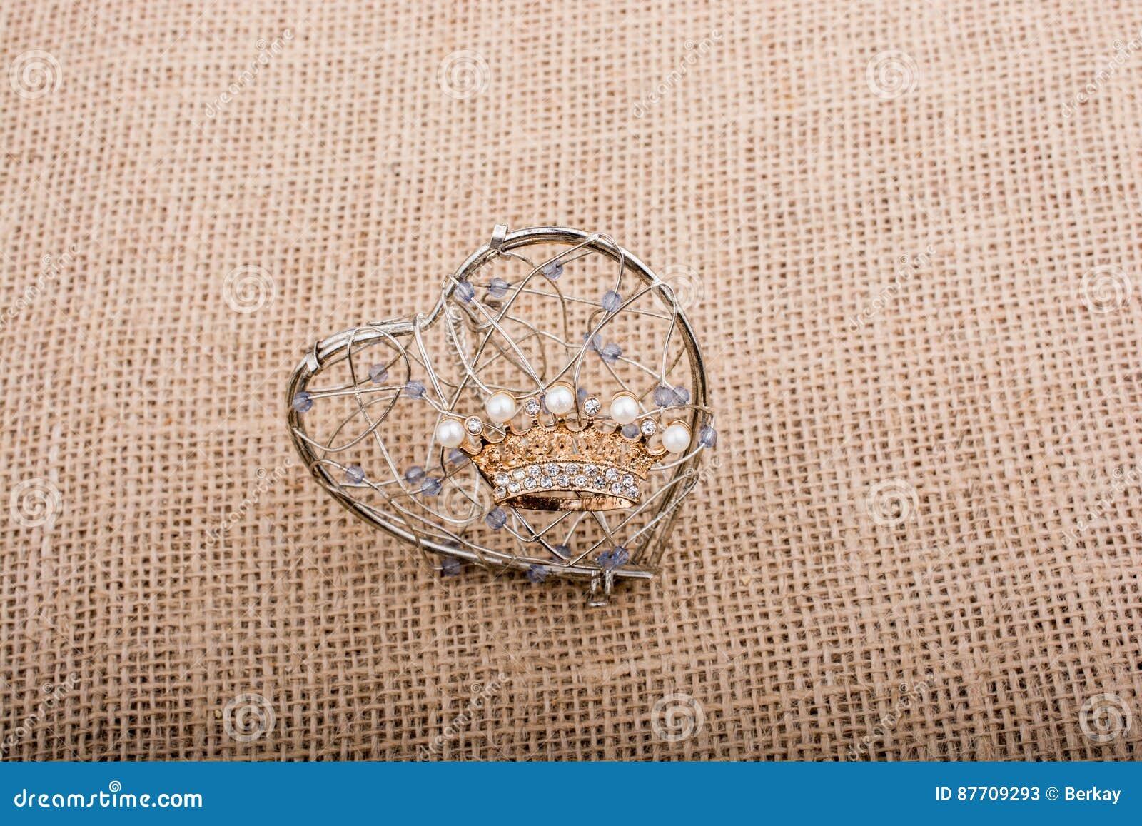 Modèle d or de couronne de couleur avec de fausses perles