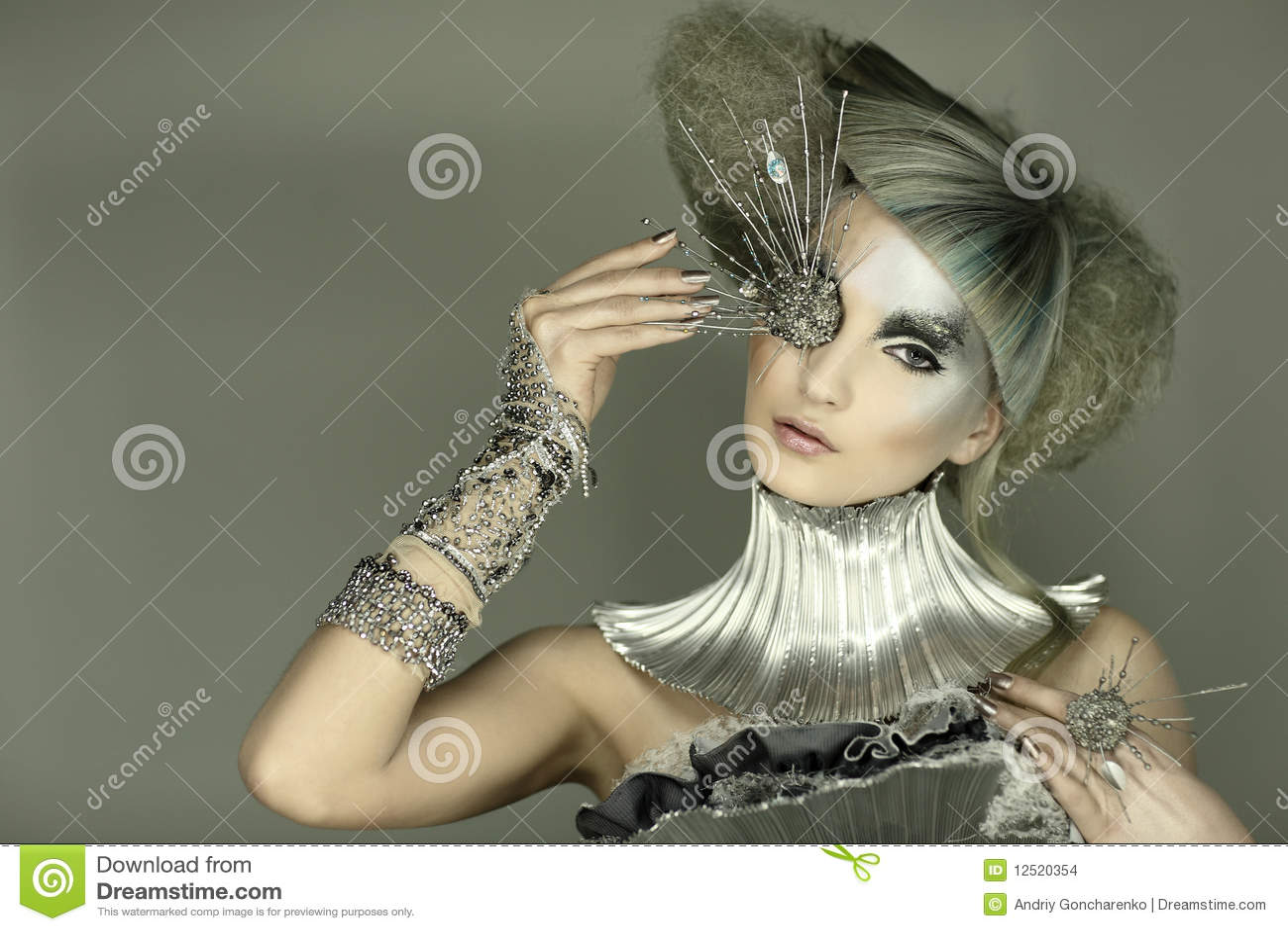 Modèle dans la robe et le cheveu d expression