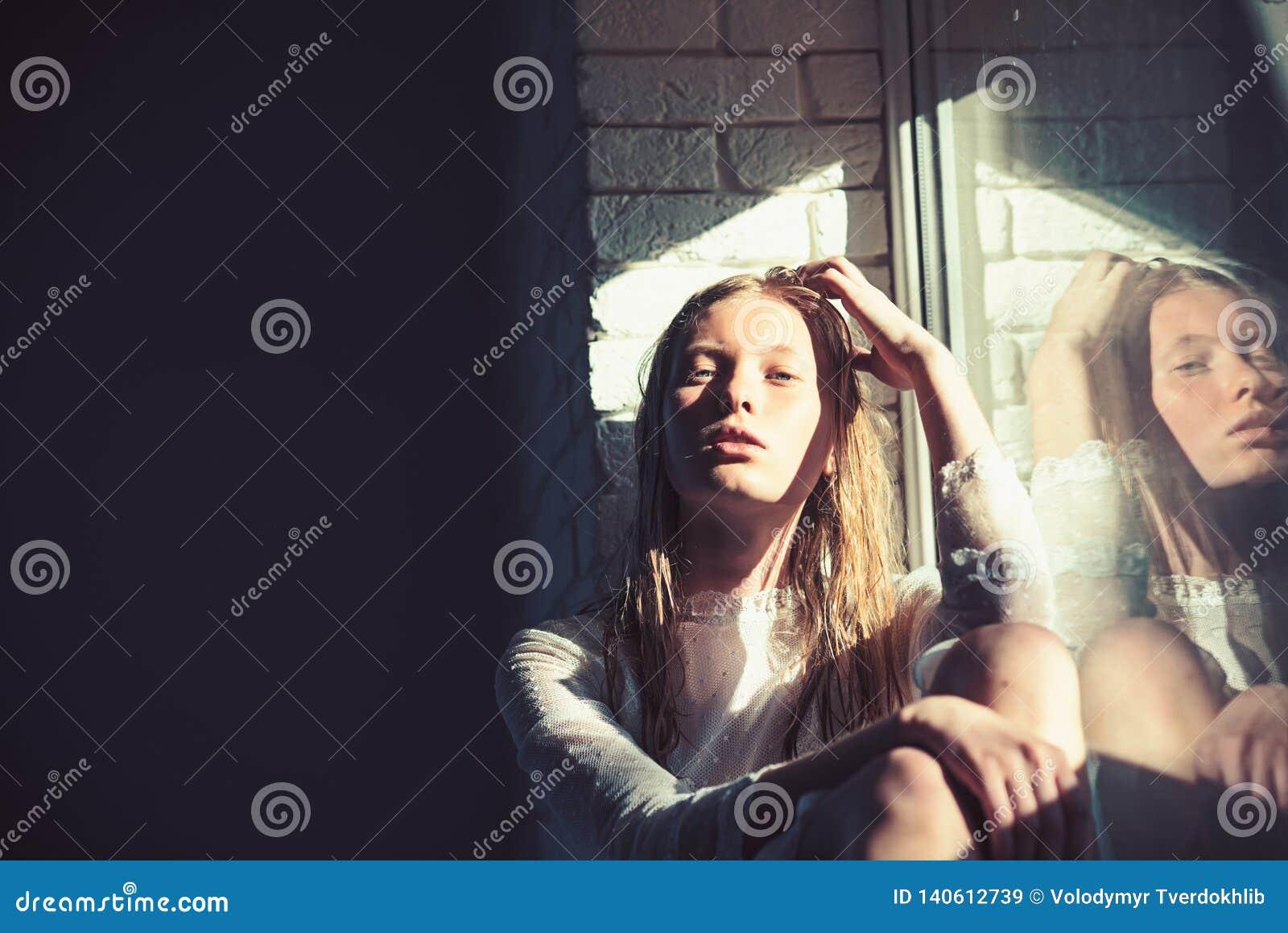 Modèle de beauté avec les cheveux blonds humides La femme sensuelle détendent à la fenêtre Femme avec le jeune visage de peau Fil