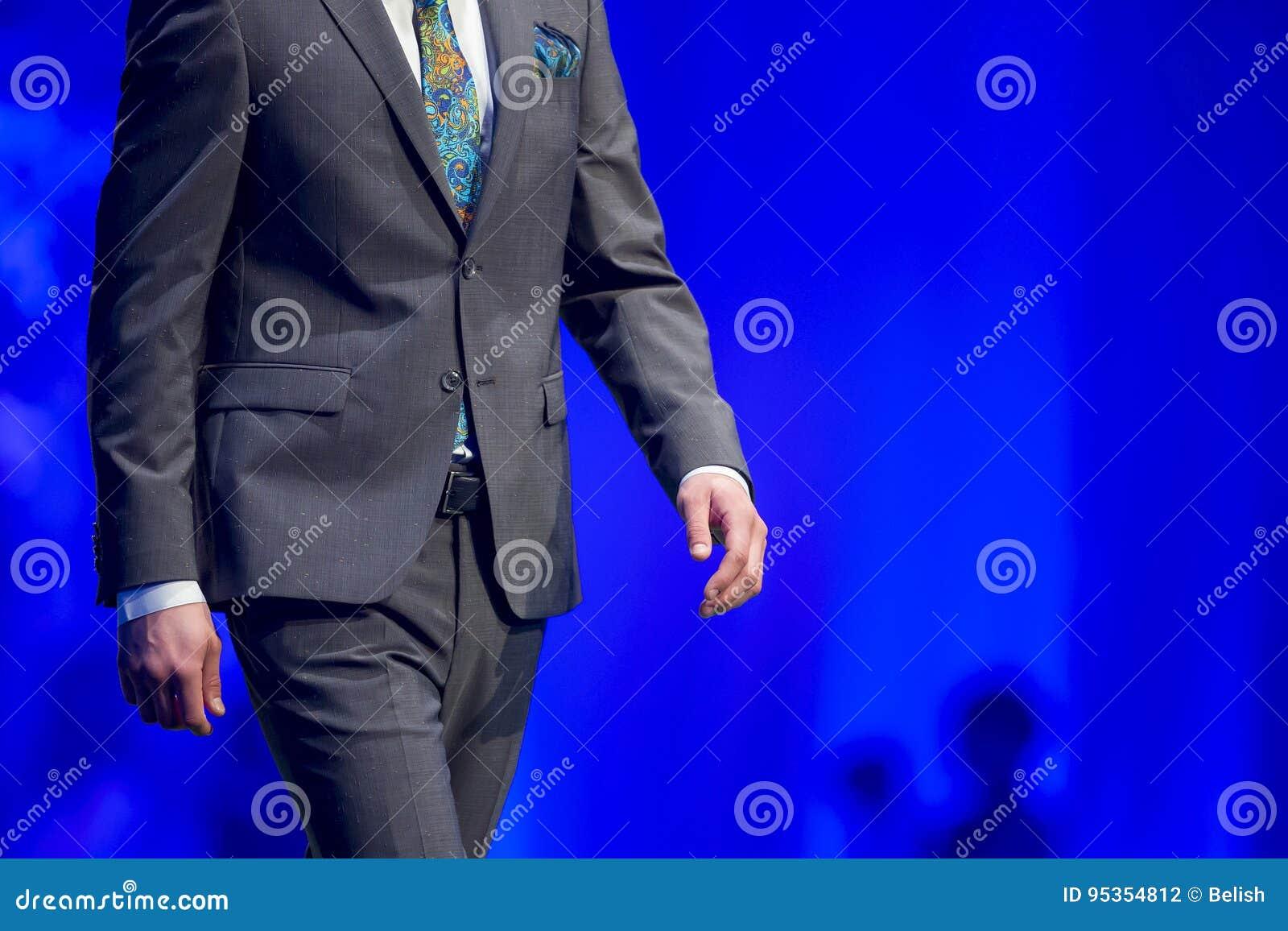 Modèle de costume de piste de défilé de mode beau