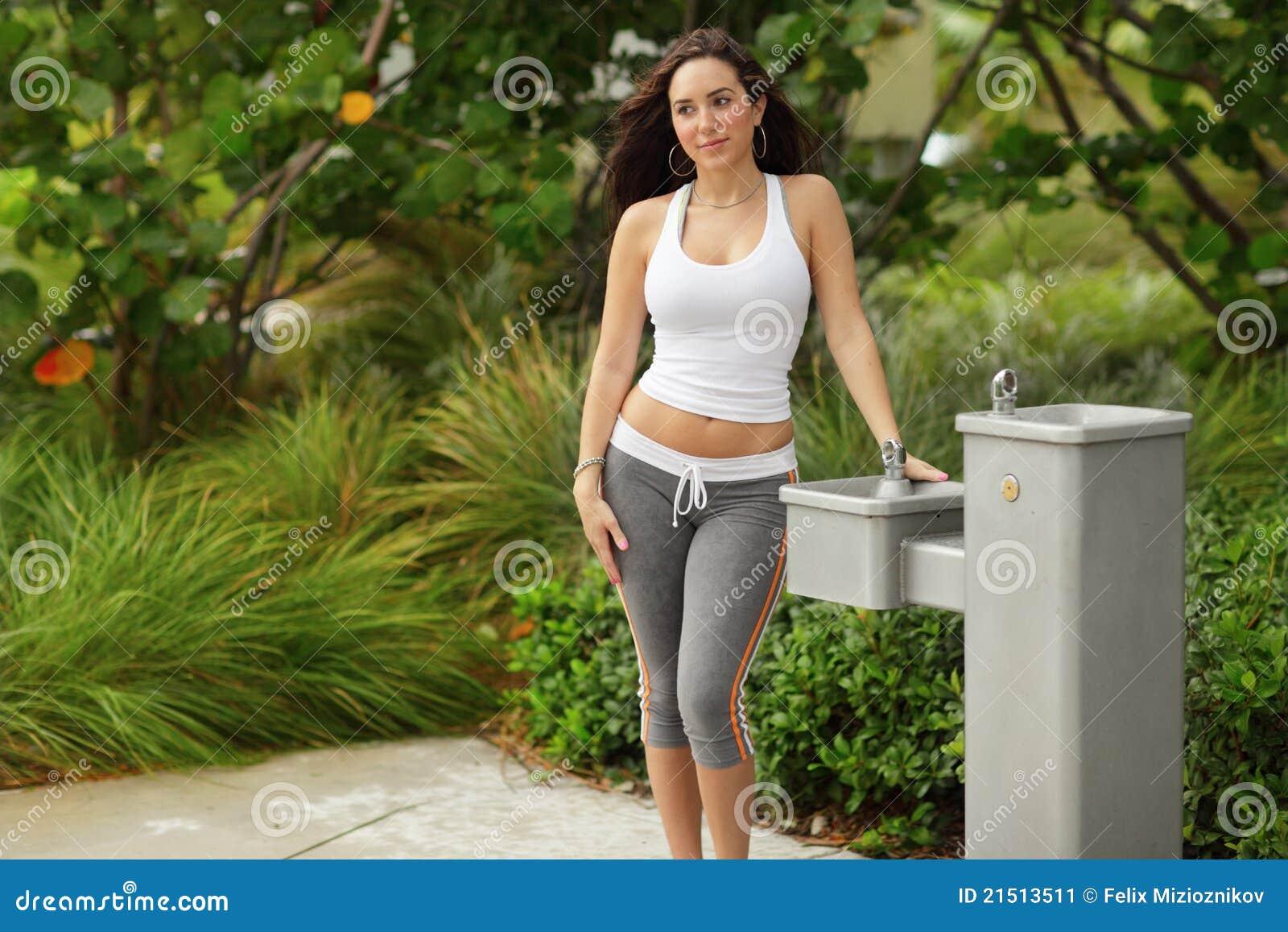 mod le de forme physique par une fontaine d 39 eau image stock image 21513511. Black Bedroom Furniture Sets. Home Design Ideas