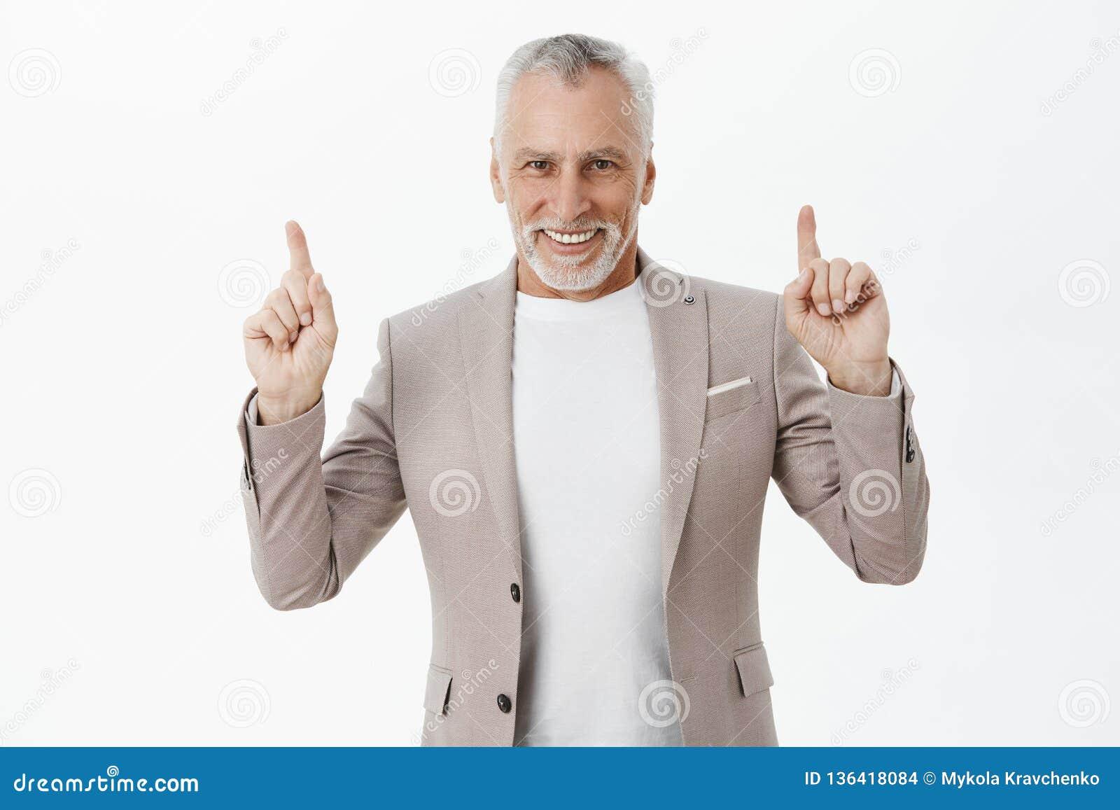 Modèle de invitation de vieil homme d affaires à parler en haut dans le restaurant Portrait d aîné sûr avec du charme et élégant