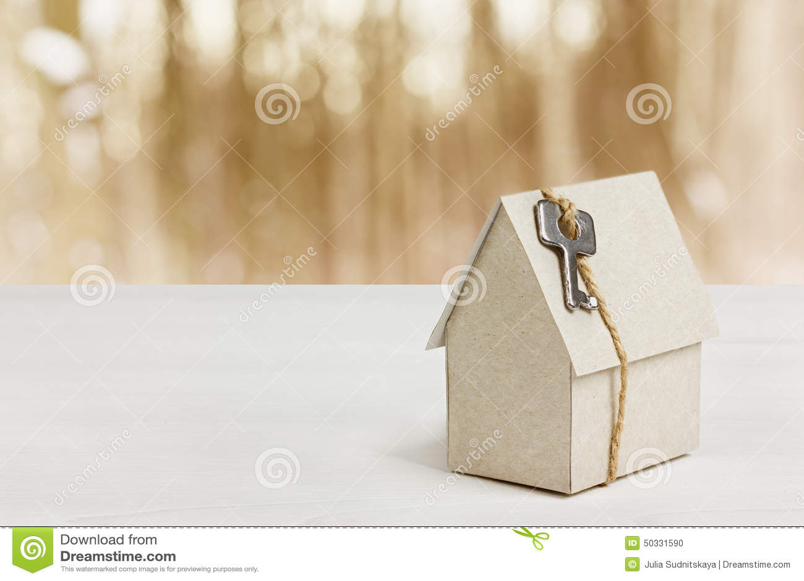 Modèle de maison de carton avec la clé sur le fond de bokeh construction de logements, prêt, immobiliers ou achat d une nouvelle