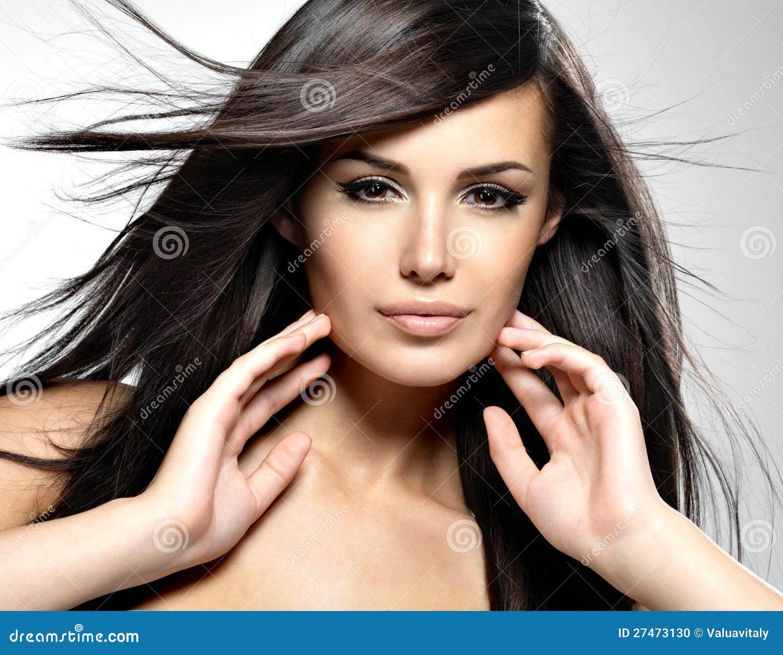 Modèle de mode avec le long cheveu droit de beauté.