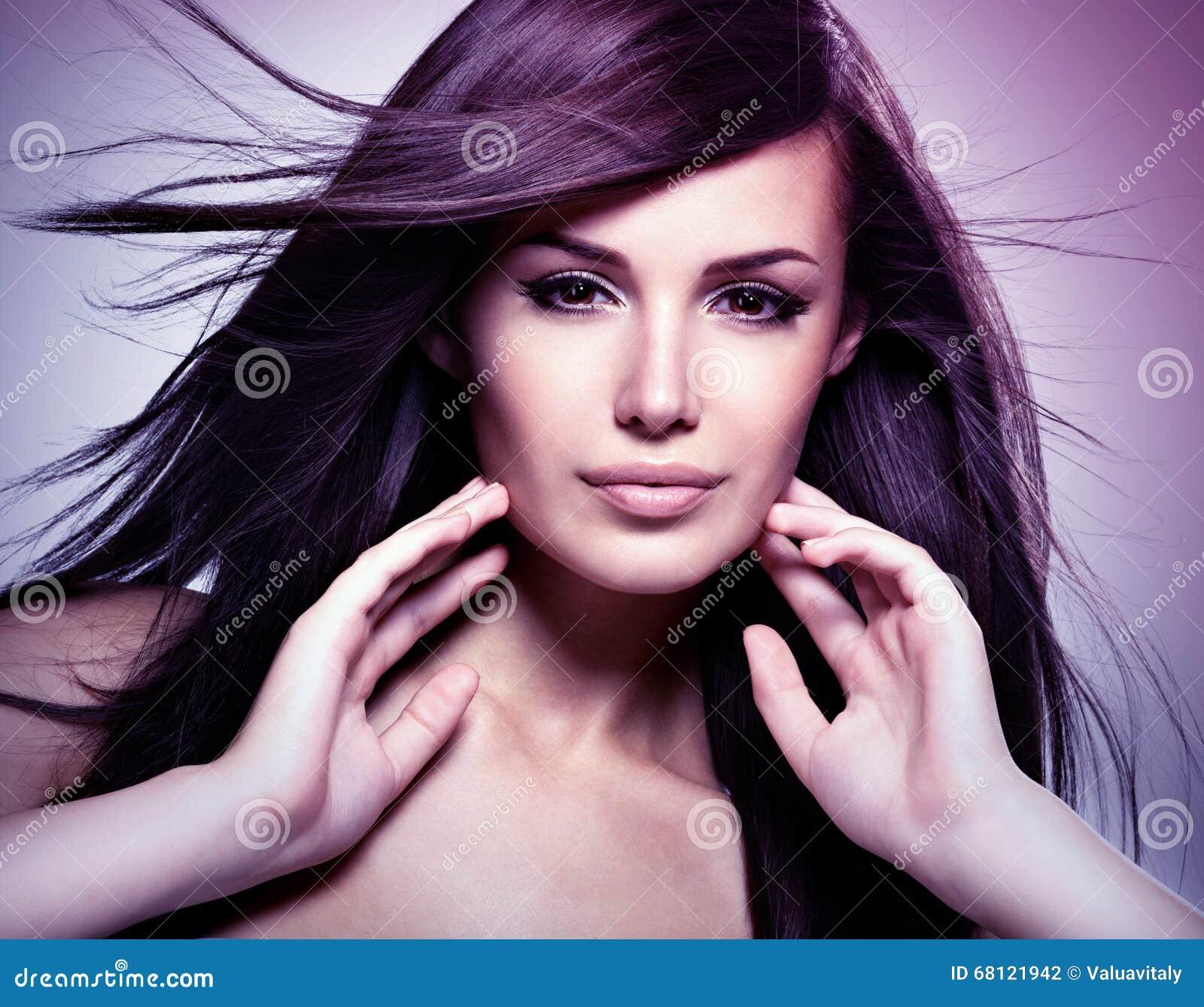 Modèle de mode avec le long cheveu droit de beauté