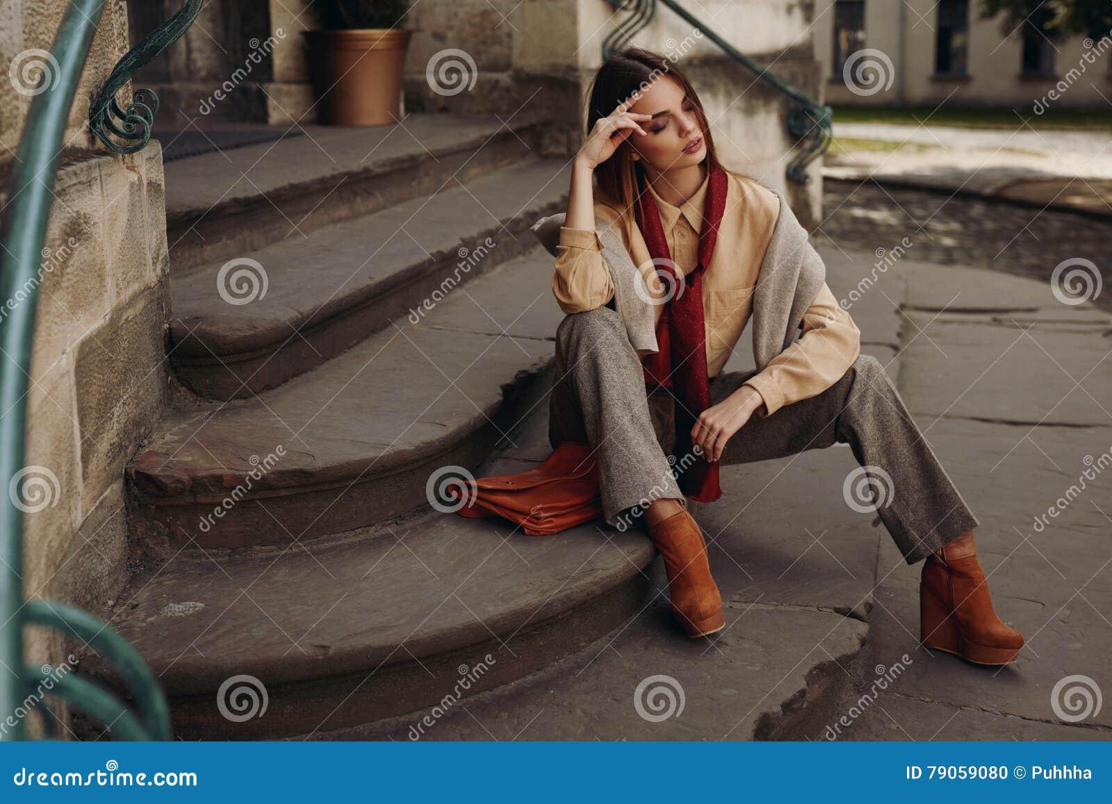 Modèle de mode dans la rue Belle femme dans des vêtements à la mode