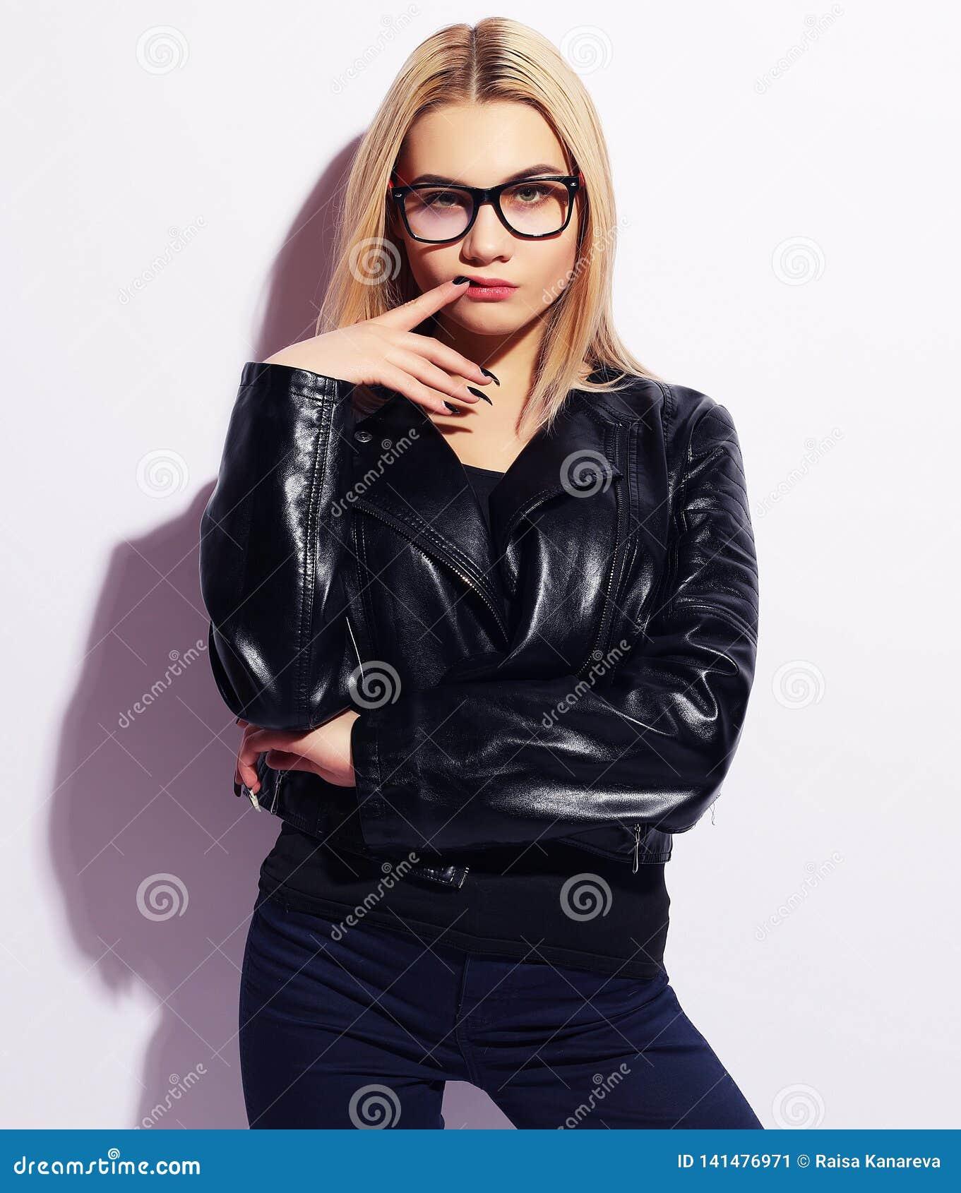 homme frais frais gamme exclusive Modèle De Mode Dans Le Vêtement Noir Veste En Cuir Et ...