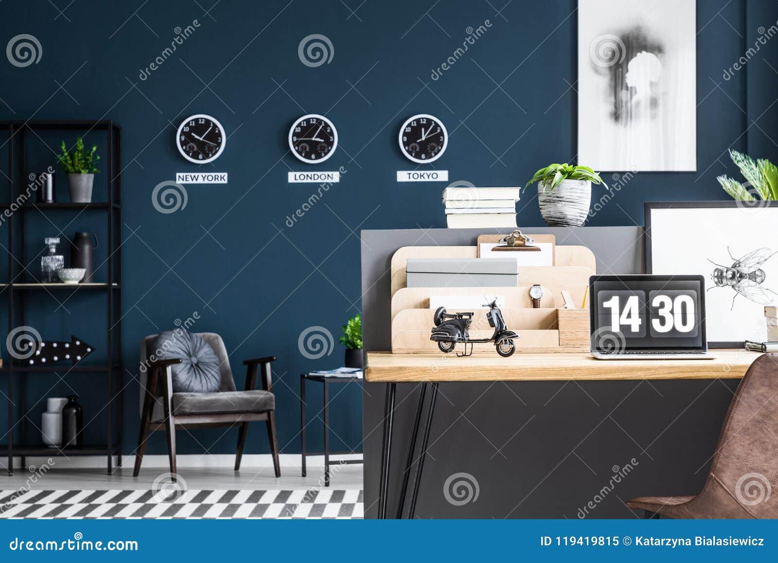 Coin de la pièce avec une chaise et bureau avec l ordinateur