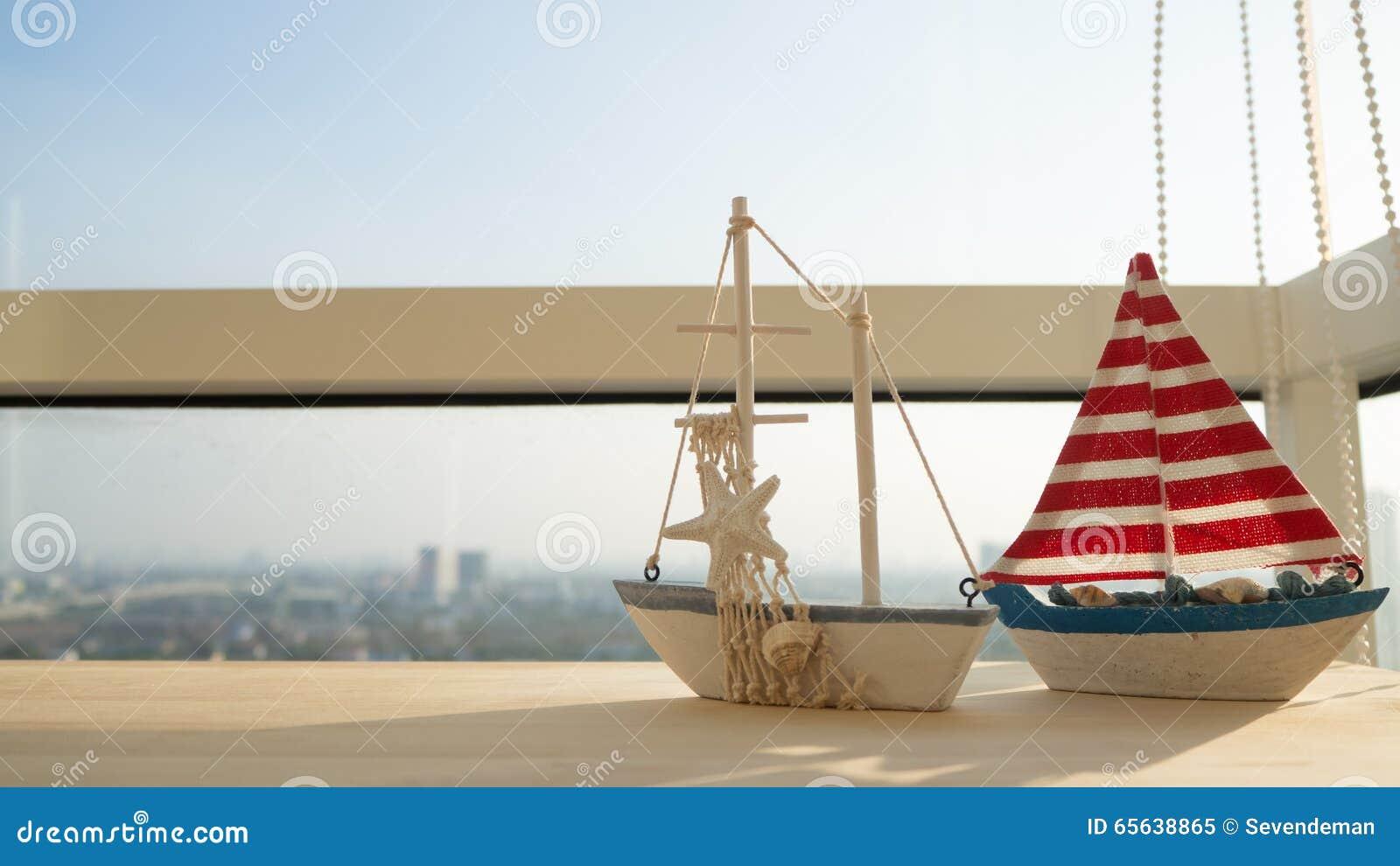 Modèle de voilier sur la table