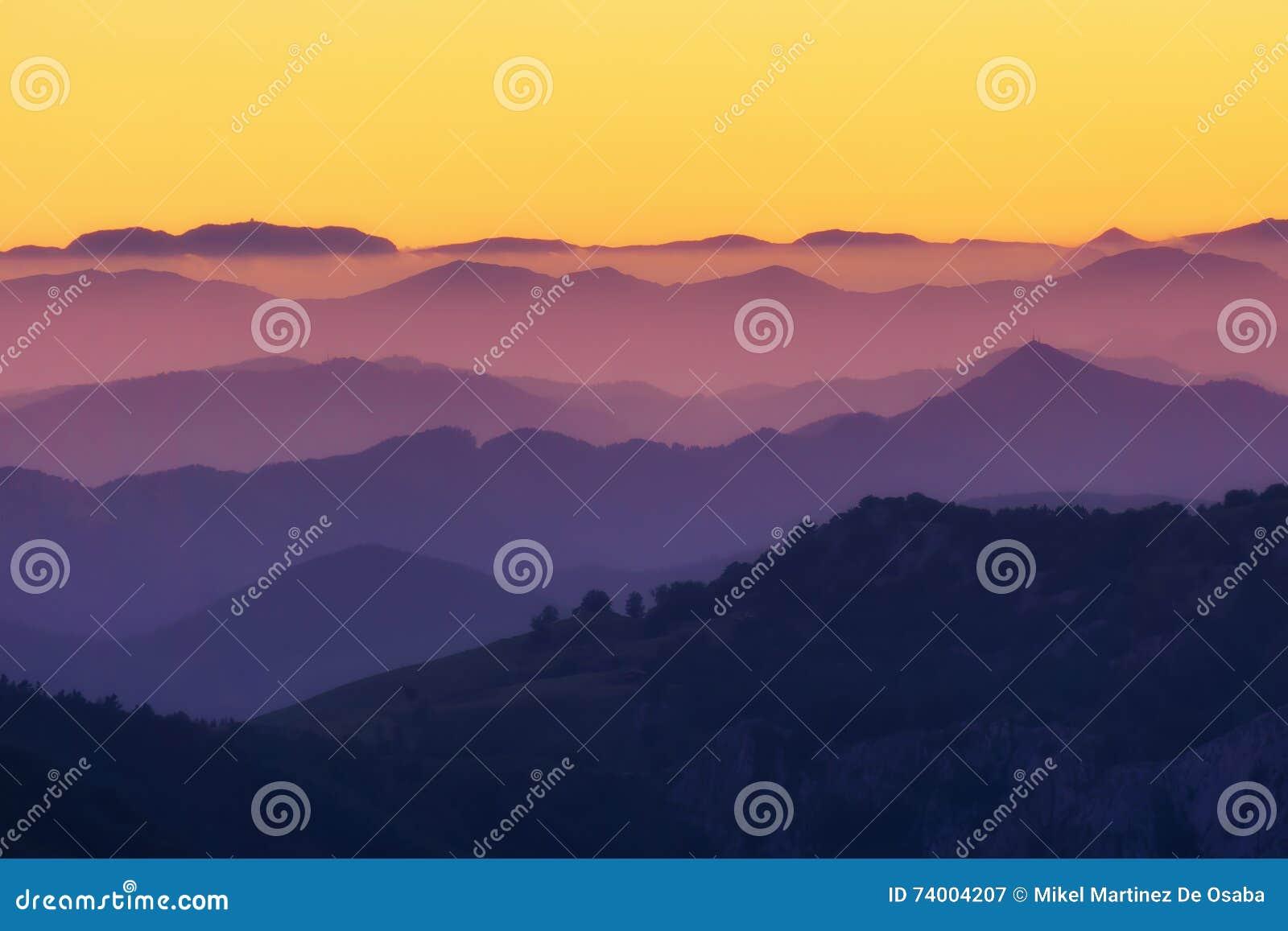 Modèle Des Couches éloignées De Montagne Au Coucher Du Soleil Image