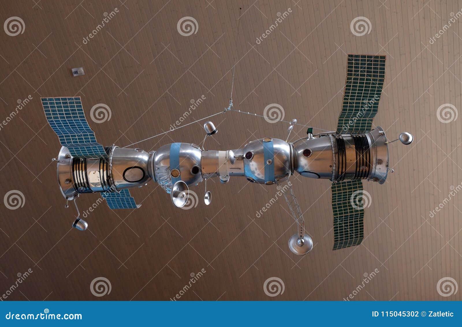 Modèle des vaisseaux spatiaux relié Soyuz 4 et Soyuz 5