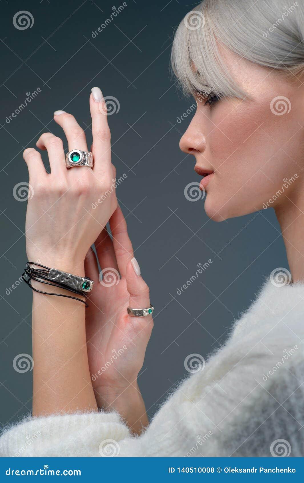 Modèle en gros plan de portrait de studio démontrer l anneau et le bracelet élégants