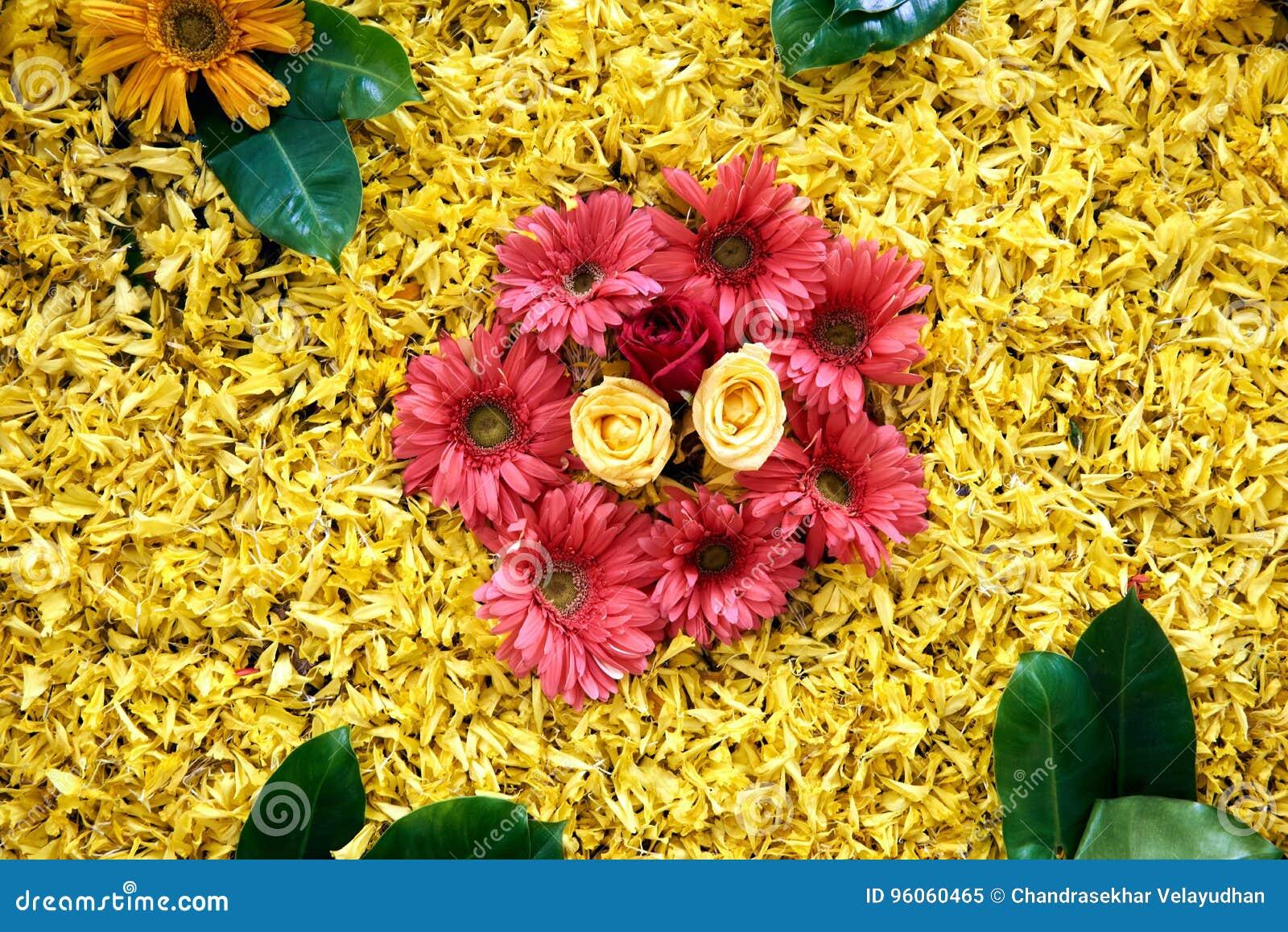 Modèle floral avec des feuilles et des fleurs de beaucoup de couleurs