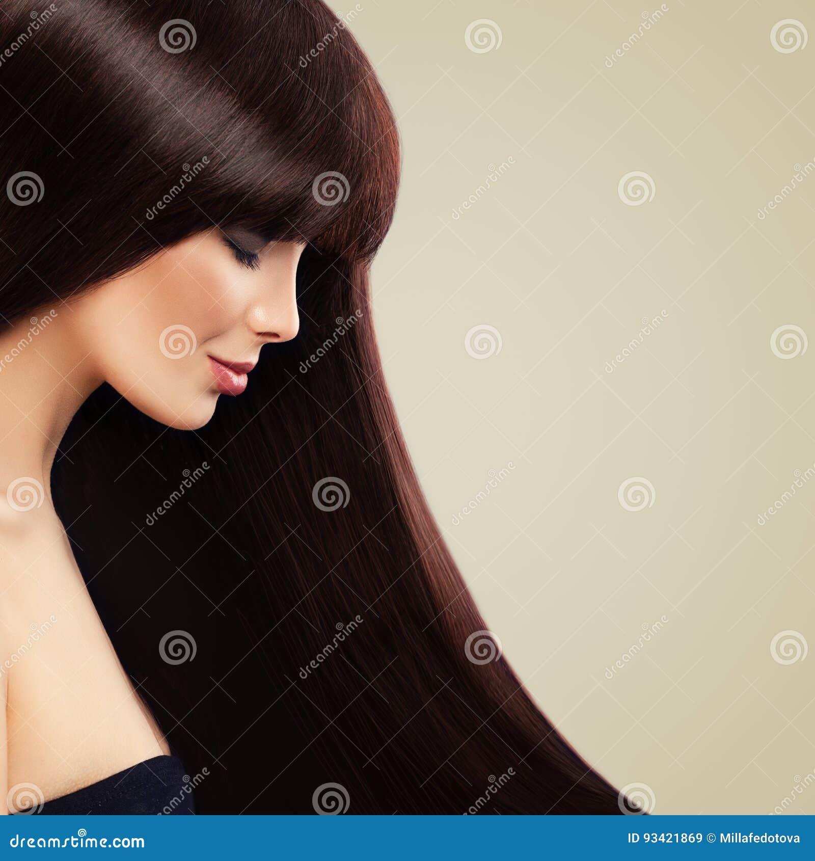 Modèle gentil avec la belle coiffure de Brown Long cheveu sain