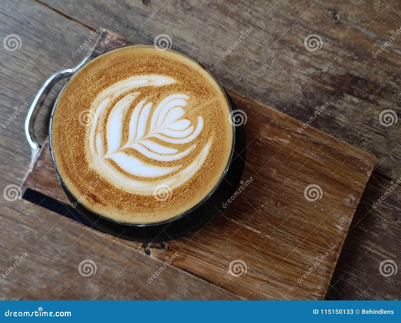 Modèle gentil d art chaud de latte de café