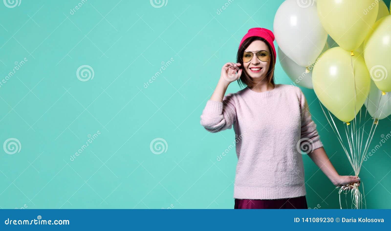 Modèle joyeux ayant l amusement et célébrant avec le ballon de couleur en pastel