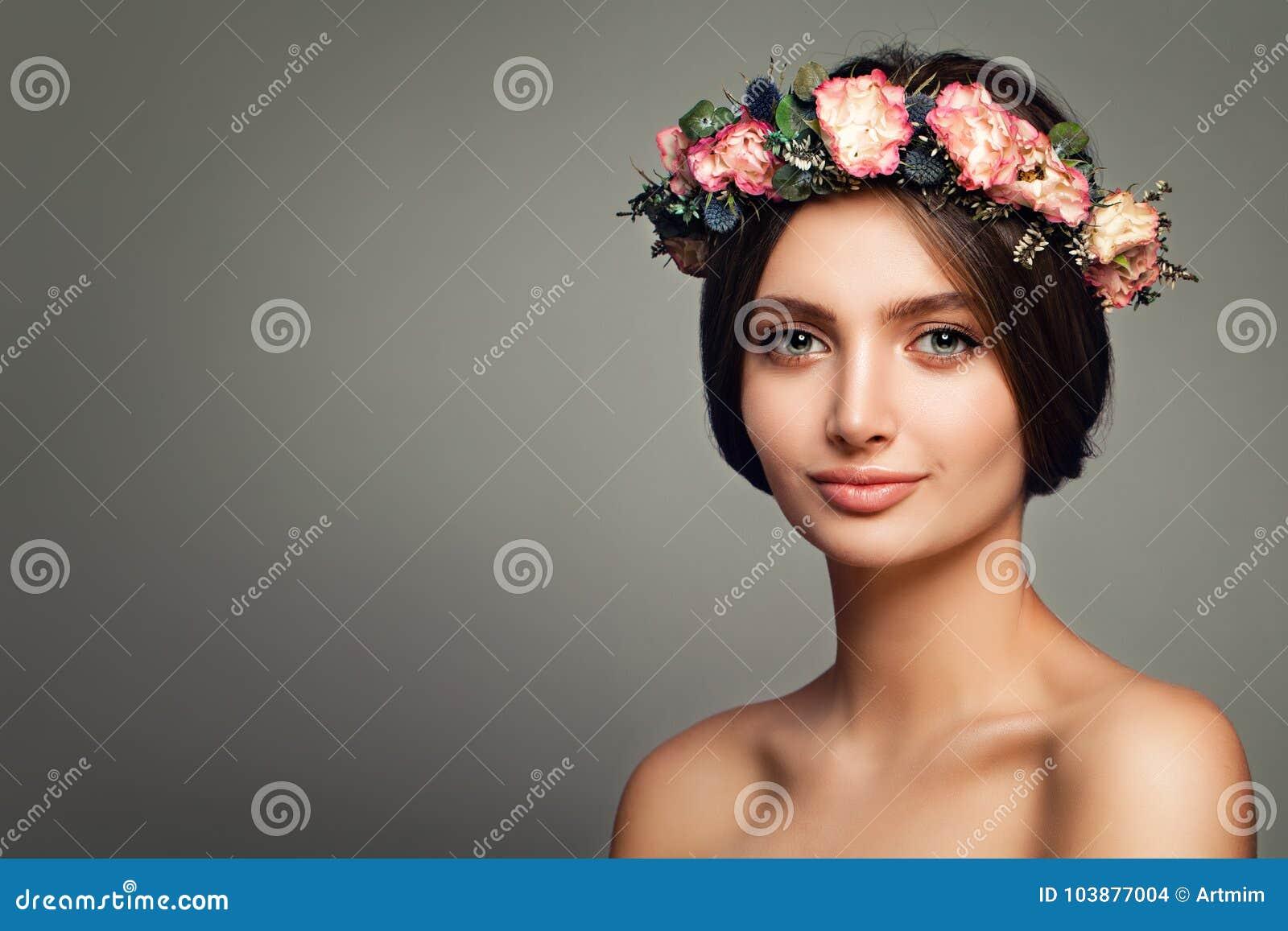 Modèle parfait de station thermale de femme avec la peau et la Rose Flowers en bonne santé
