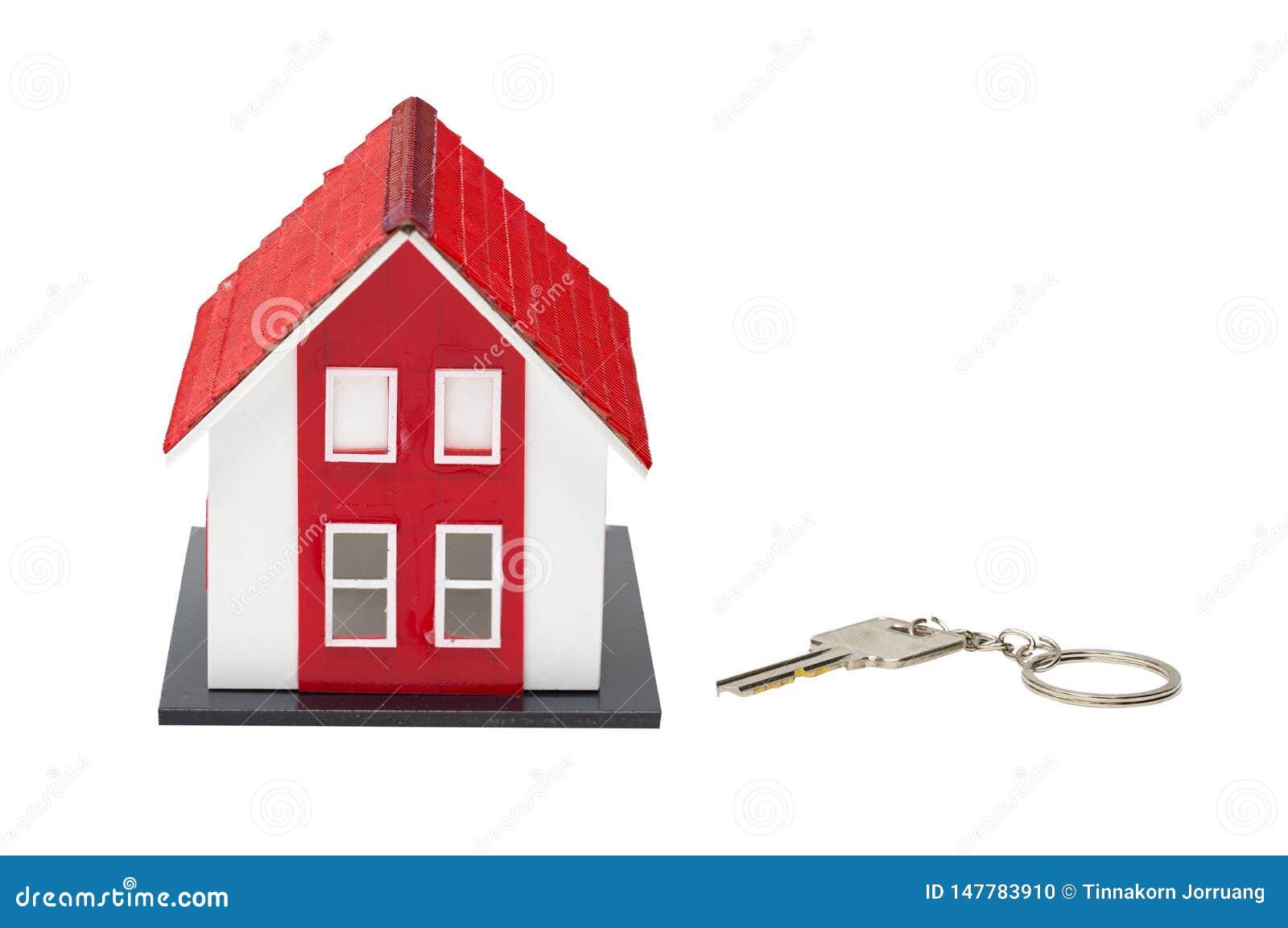 Modèle rouge de maison et clé de maison d isolement sur le fond blanc
