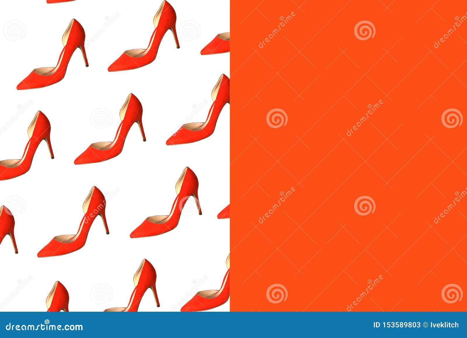 Modèle rouge femelle de chaussures sur le fond rouge blanc et de corail, d isolement