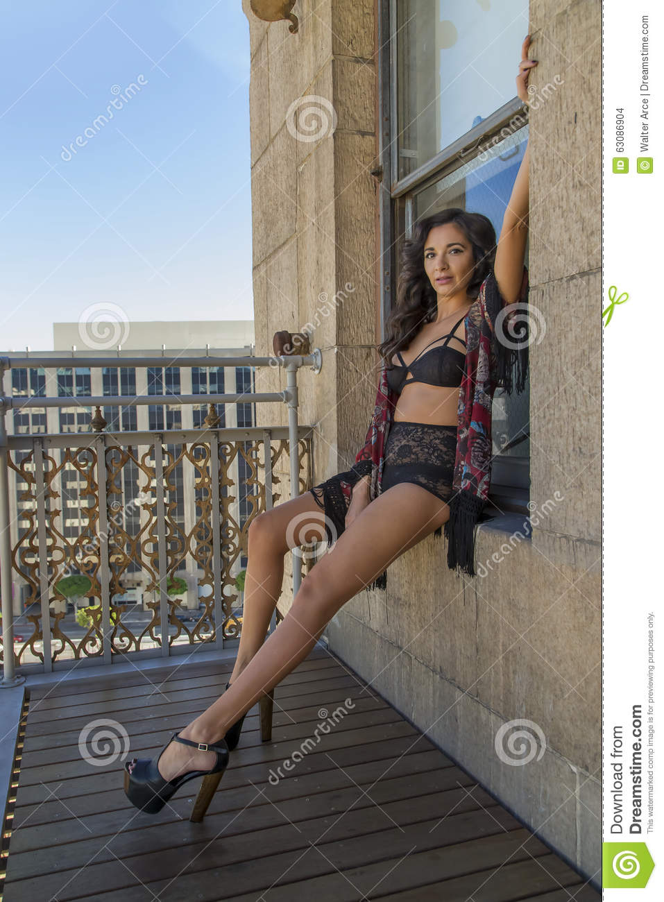 Download On modèle un balcon photo stock. Image du adulte, balcon - 63086904