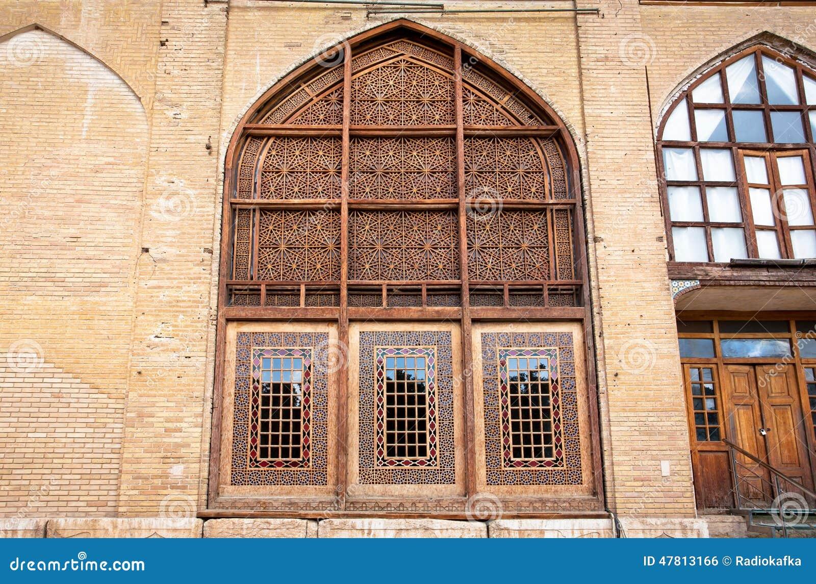 mod les d 39 arabesque des fen tres en bois de la vieille maison de brique dans le style persan. Black Bedroom Furniture Sets. Home Design Ideas