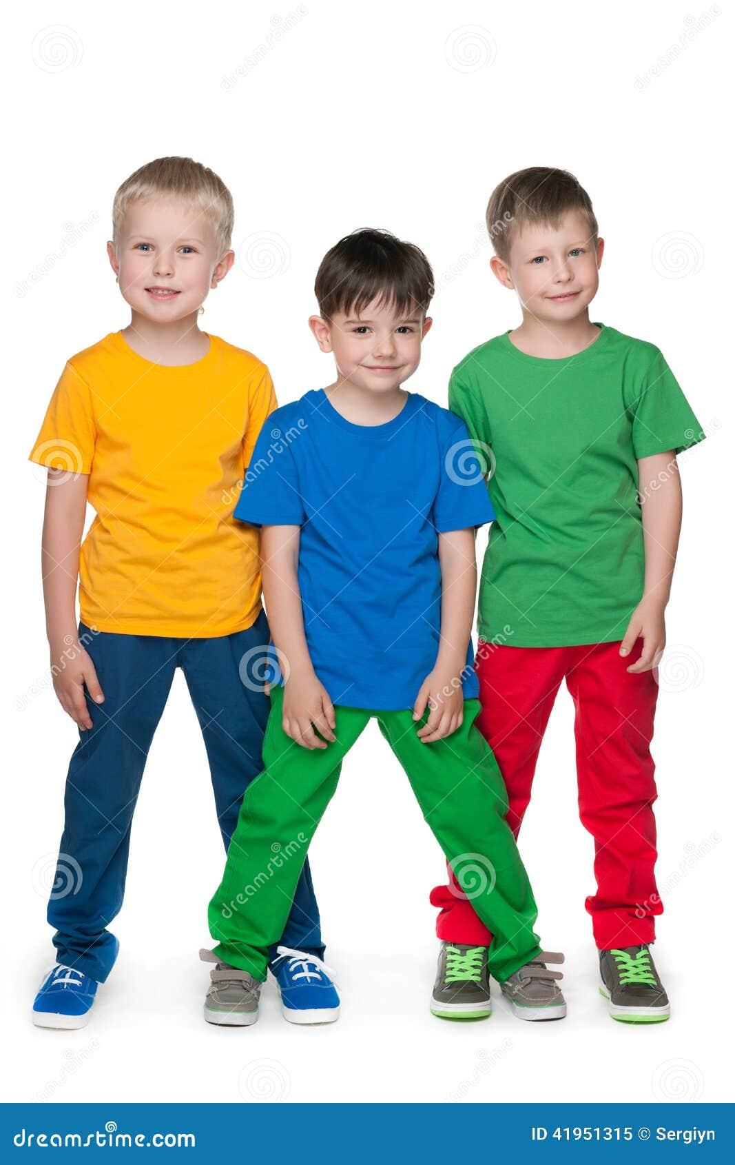 Mod chłopiec przeciw białemu tłu