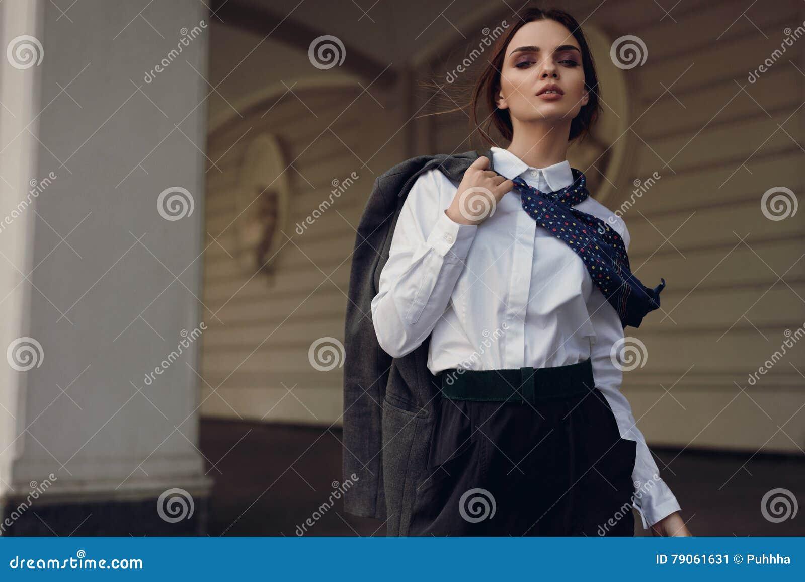 Moda de la caída de la mujer In Fashion Clothes modelo hermoso en calle