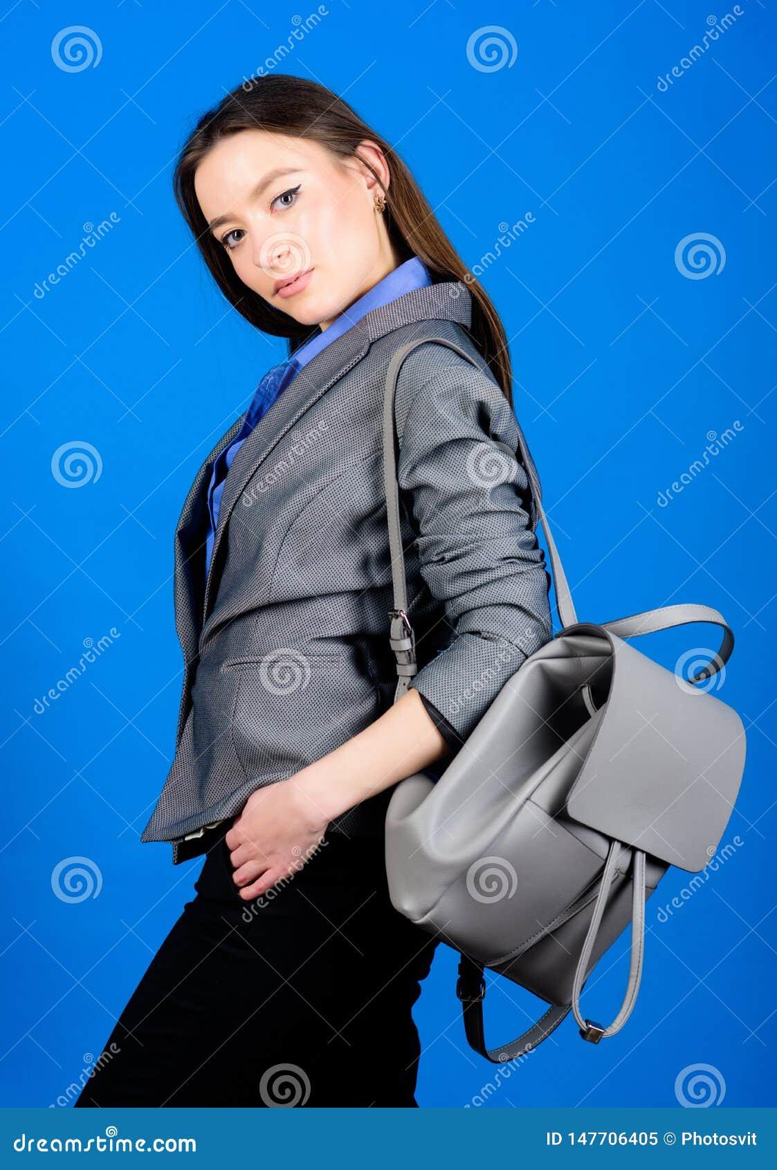 Moda femenina del bolso estudiante en ropa formal Estudiante Life Belleza elegante nerd Negocios Muchacha de Shool con la mochila