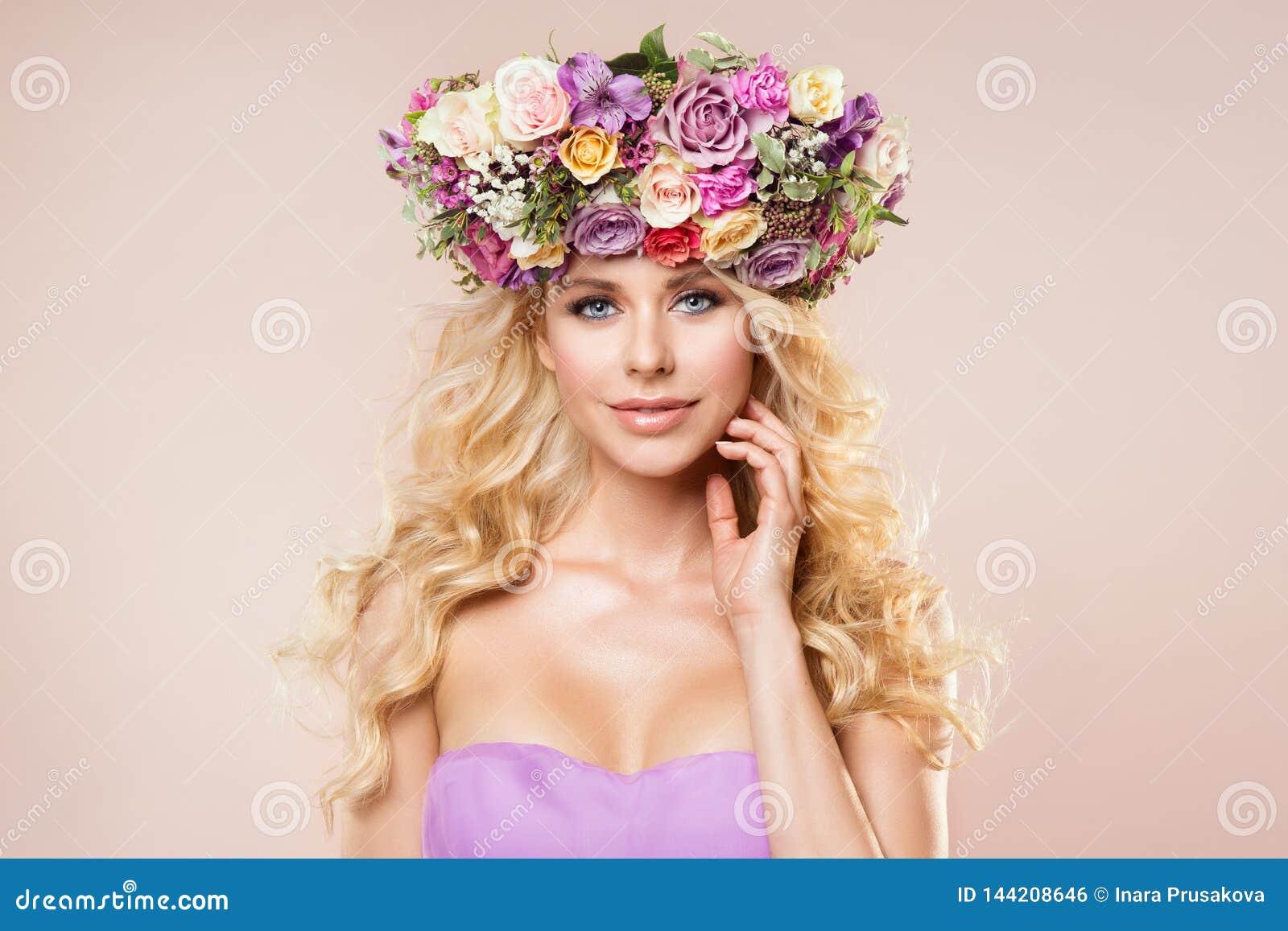 Moda modelów kwiatów wianku piękna portret, kobiety Nagi Makeup z róża kwiatem w fryzurze, Piękna dziewczyna