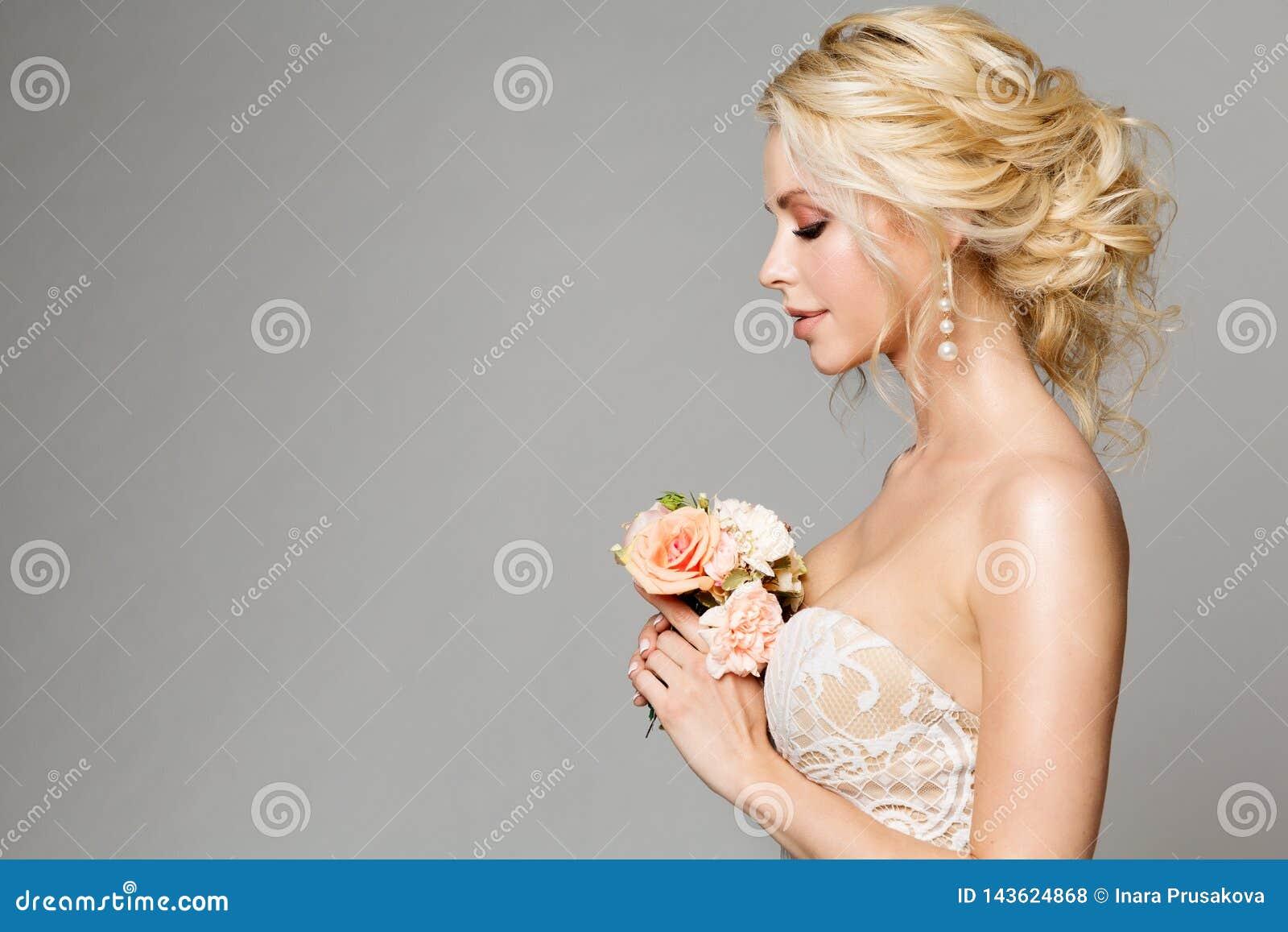 Moda modelów Profilowy portret z kwiatu bukietem, Pięknym kobiety panny młodej Makeup i fryzurą, dziewczyny studio strzelał na sz