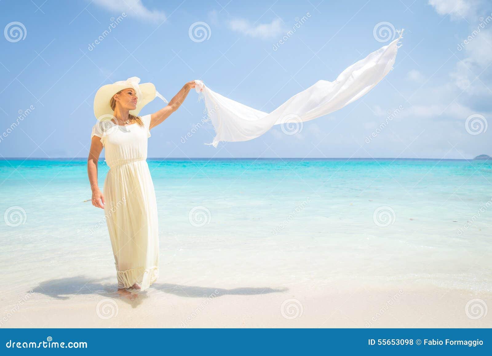 Moda model na tropikalnej plaży
