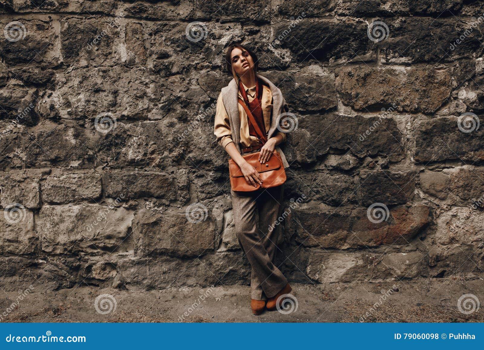 Moda model W Modnych ubraniach najbliższa ścianki piękna kobieta