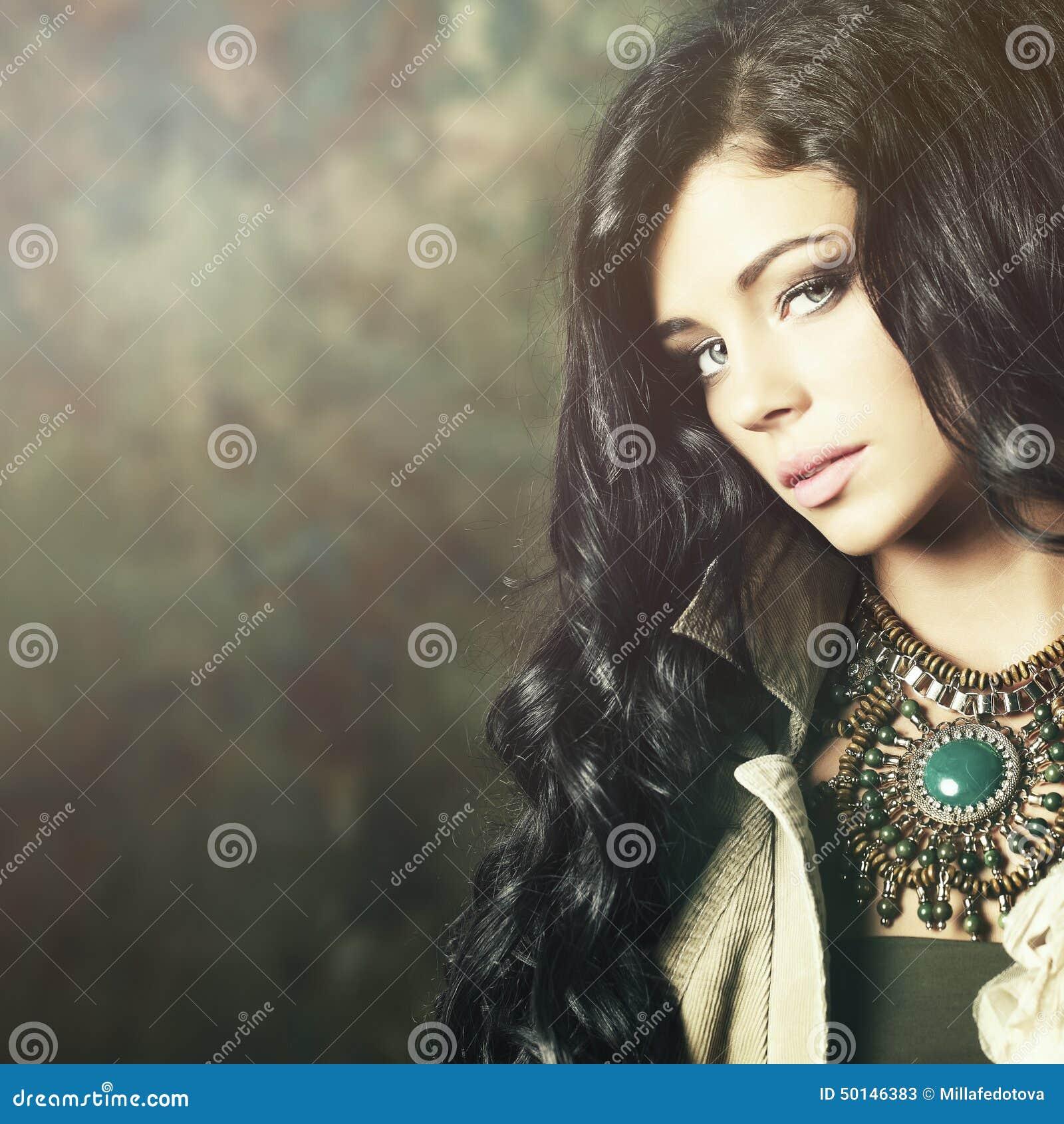 Moda model z fachowym makeup i długie włosy
