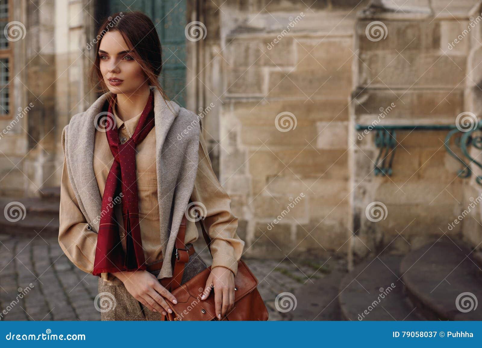 Moda odziewa Piękna kobieta W Modnej odzieży Plenerowej