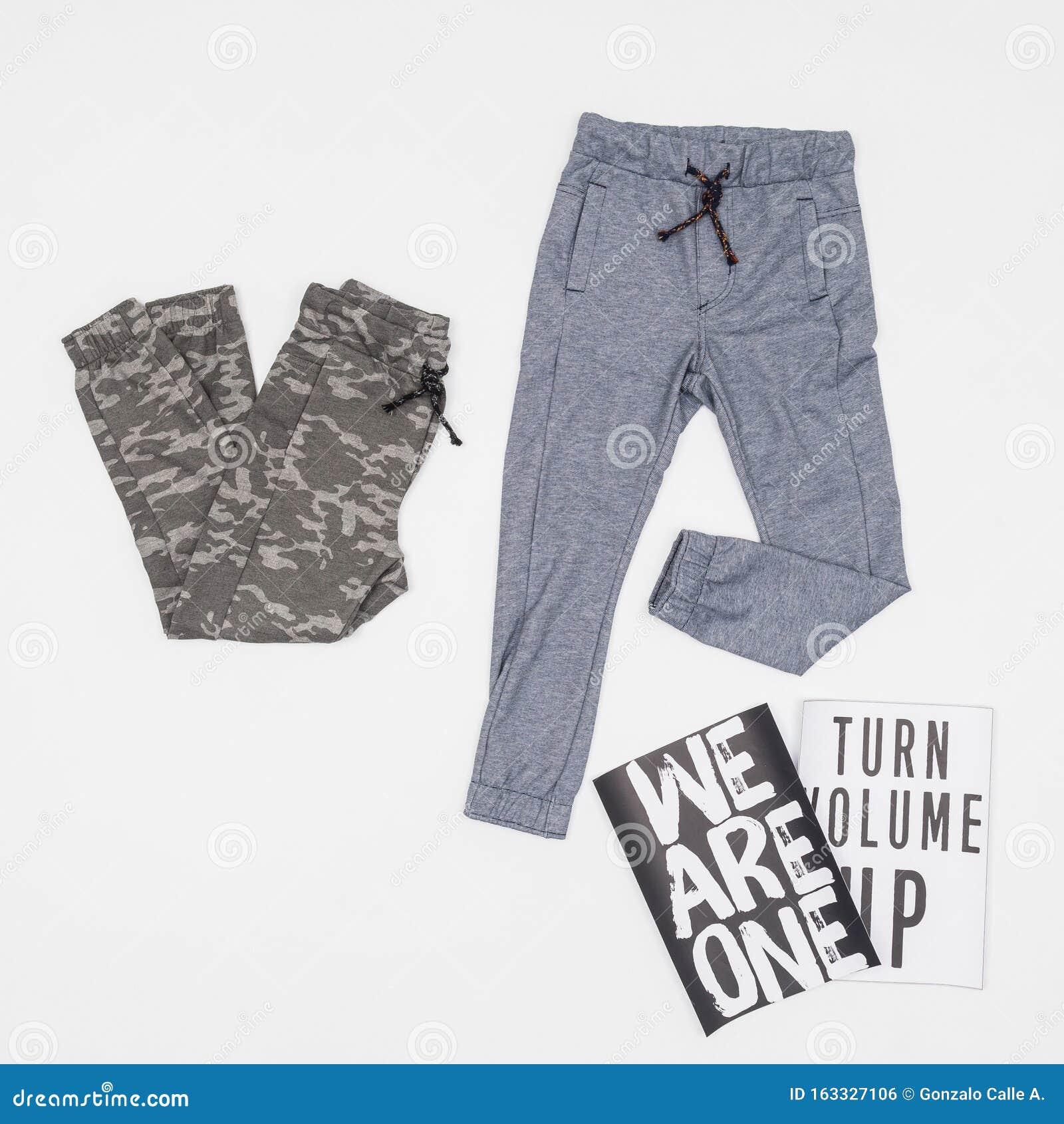 Moda Ropa De Dos Pantalones Deportivos Para Jovenes Foto En Fondo Neutro Foto De Archivo Imagen De Fondo Moda 163327106