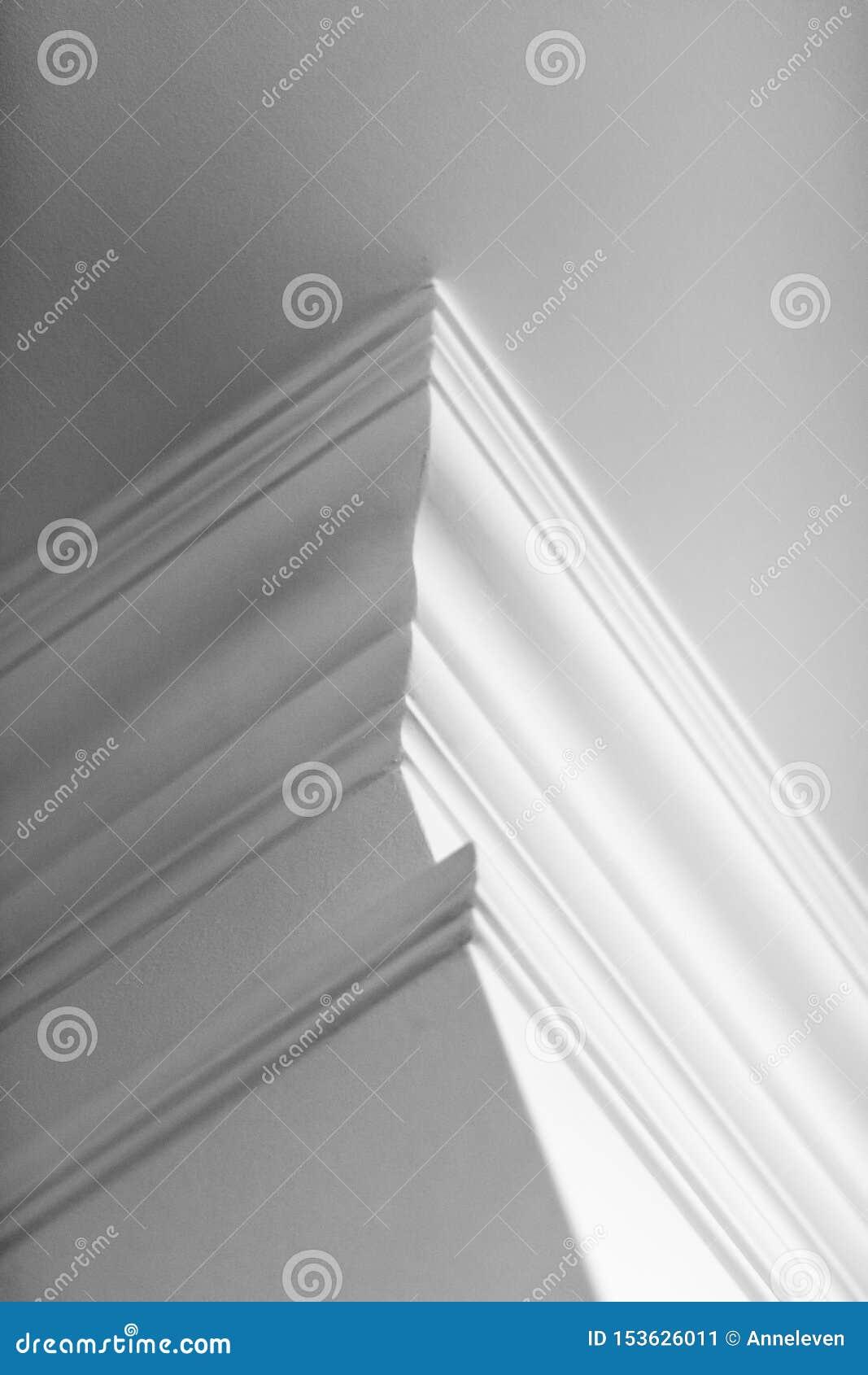 Modanatura sul dettaglio del soffitto, sull interior design e sul fondo astratto architettonico