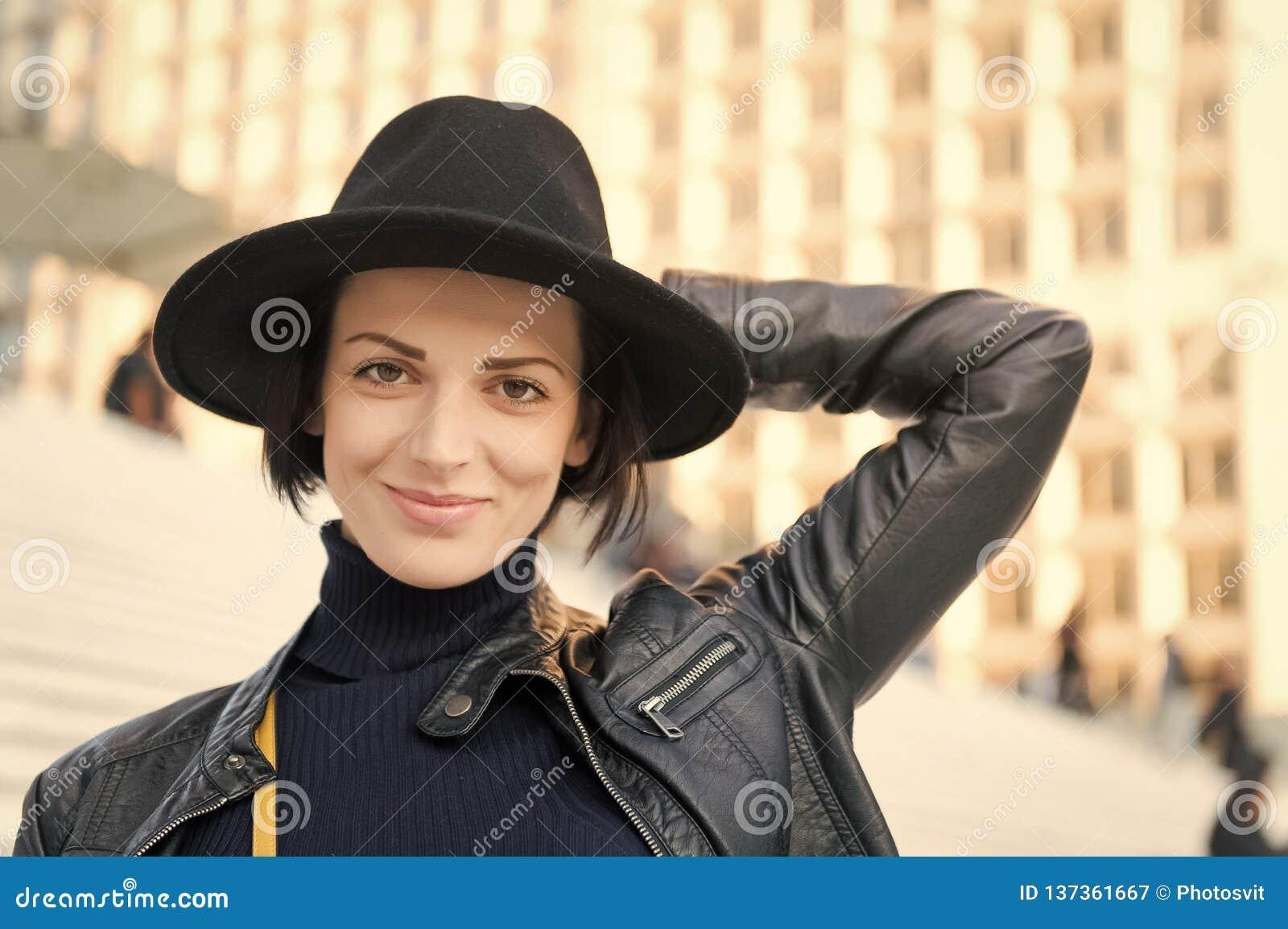 Mode, accessoire, style Femme sensuelle avec des cheveux de brune, coiffure Beauté, regard, maquillage Soins de la peau, jeunesse