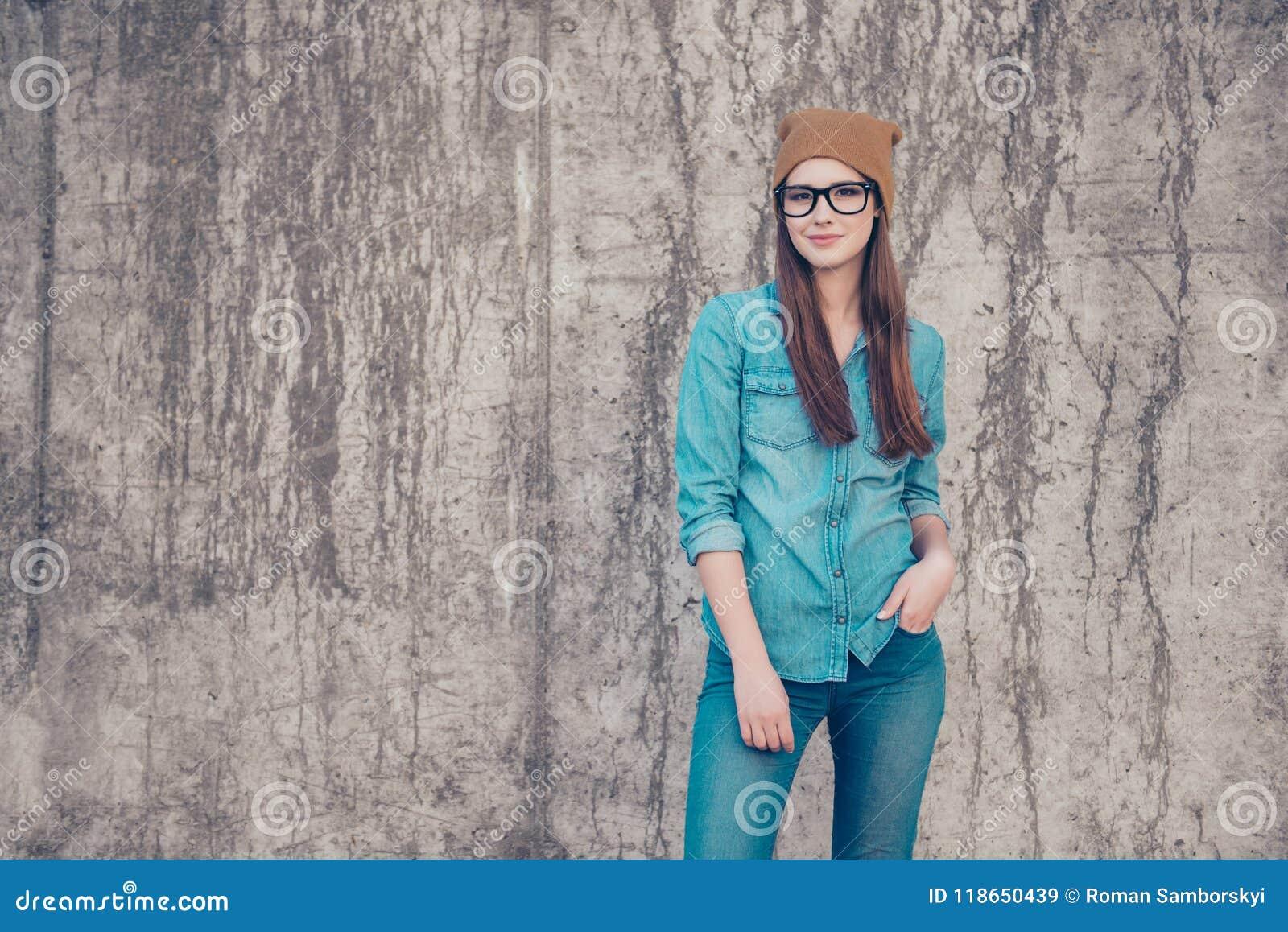 Mode de rue, style, jeunesse, butin, concept de denim Modelm femelle