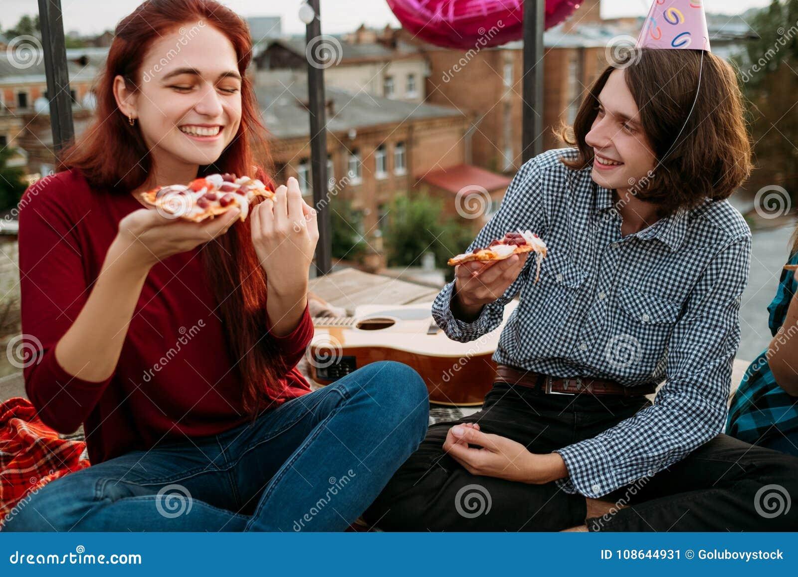 Mode de vie adolescent de consommation de partie de la livraison de nourriture de pizza