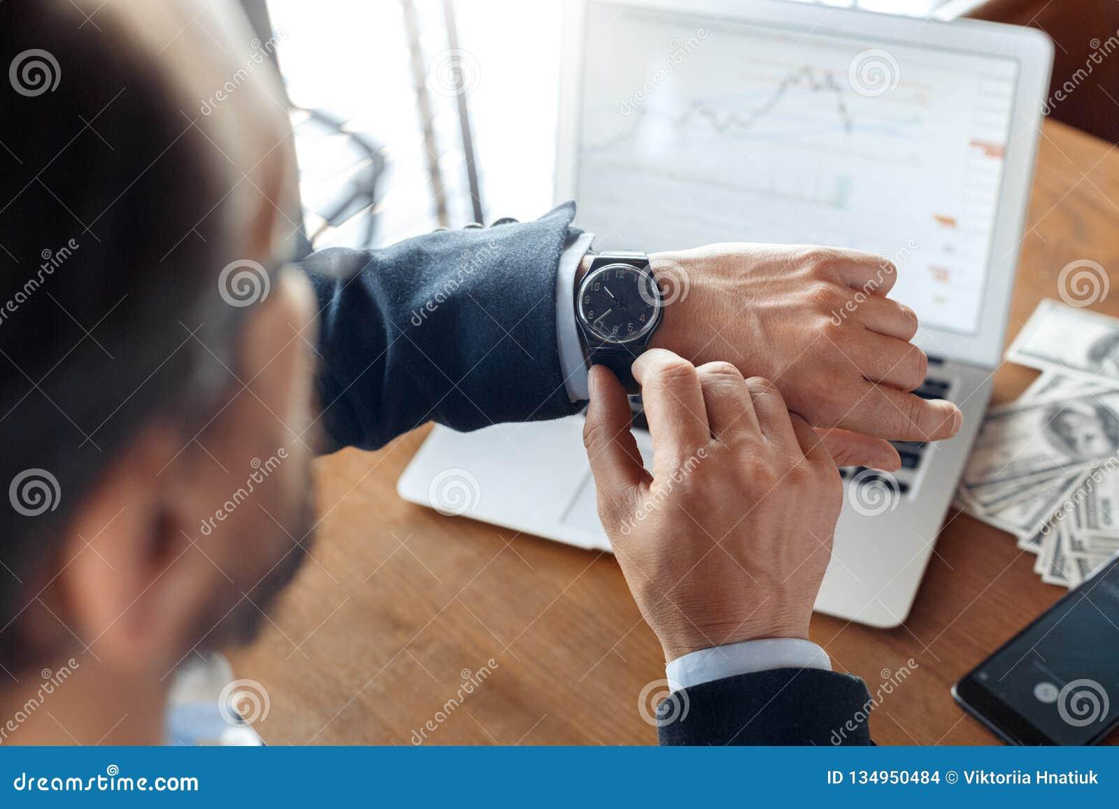 Mode de vie d affaires Commerçant s asseyant au café avec le diagramme de commerce sur l ordinateur portable vérifiant le plan ra